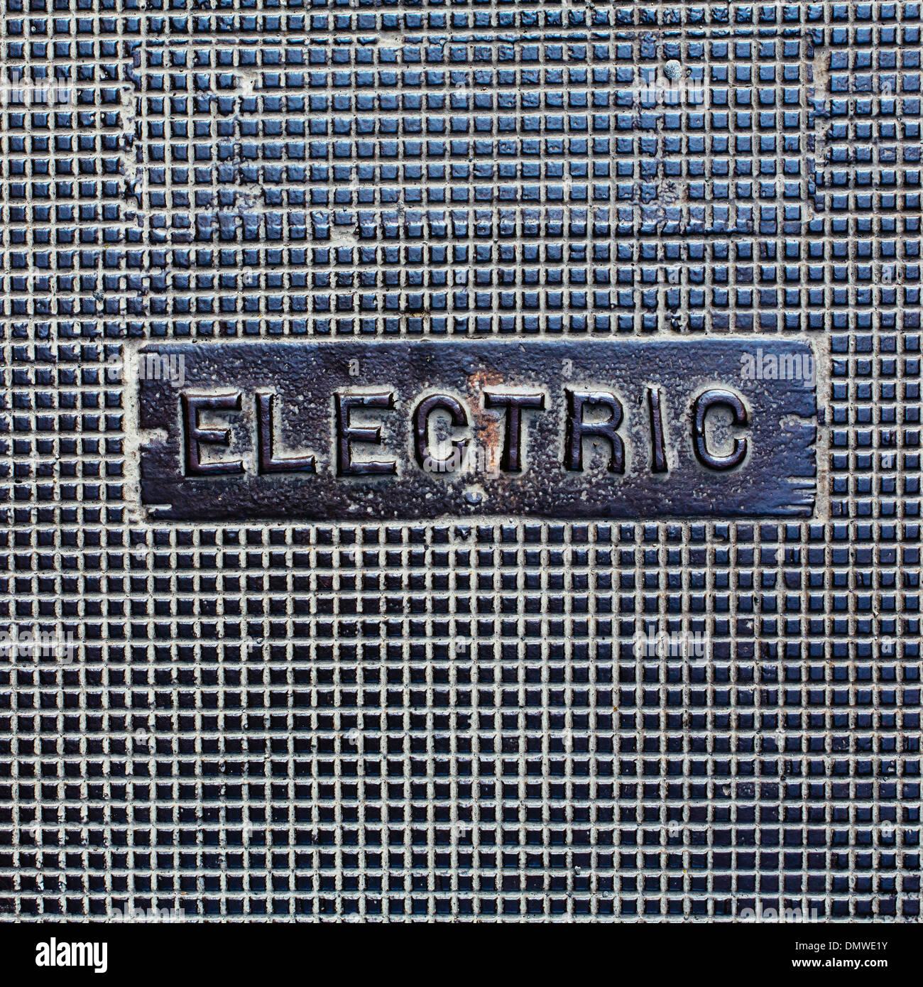 Eine Dienstprogramm-Abdeckung hergestellt aus Metall mit Wort Electric. Stockfoto