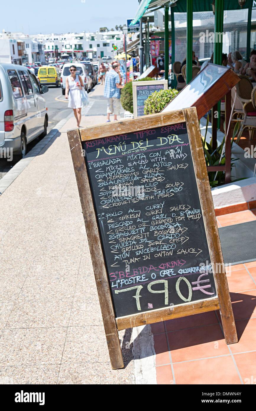 Menu del Dia Tafel vor Café, Playa Blanca, Lanzarote, Kanarische Inseln, Spanien Stockbild