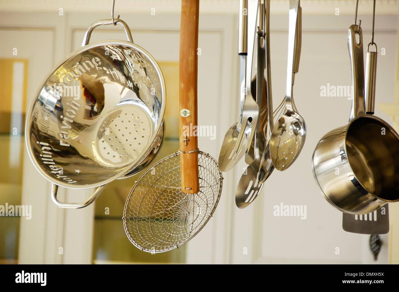 Küchenutensilien, die in einer modernen Küche aufhängen Stockfoto ...
