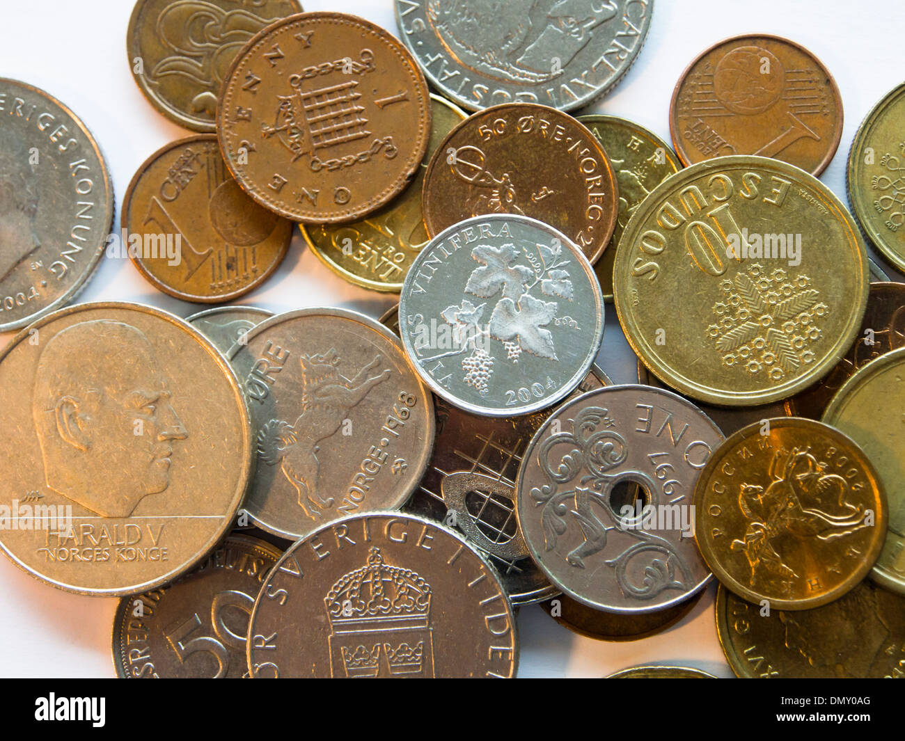 Münzen Auf Weißem Hintergrund Verschiedener Länder Währung