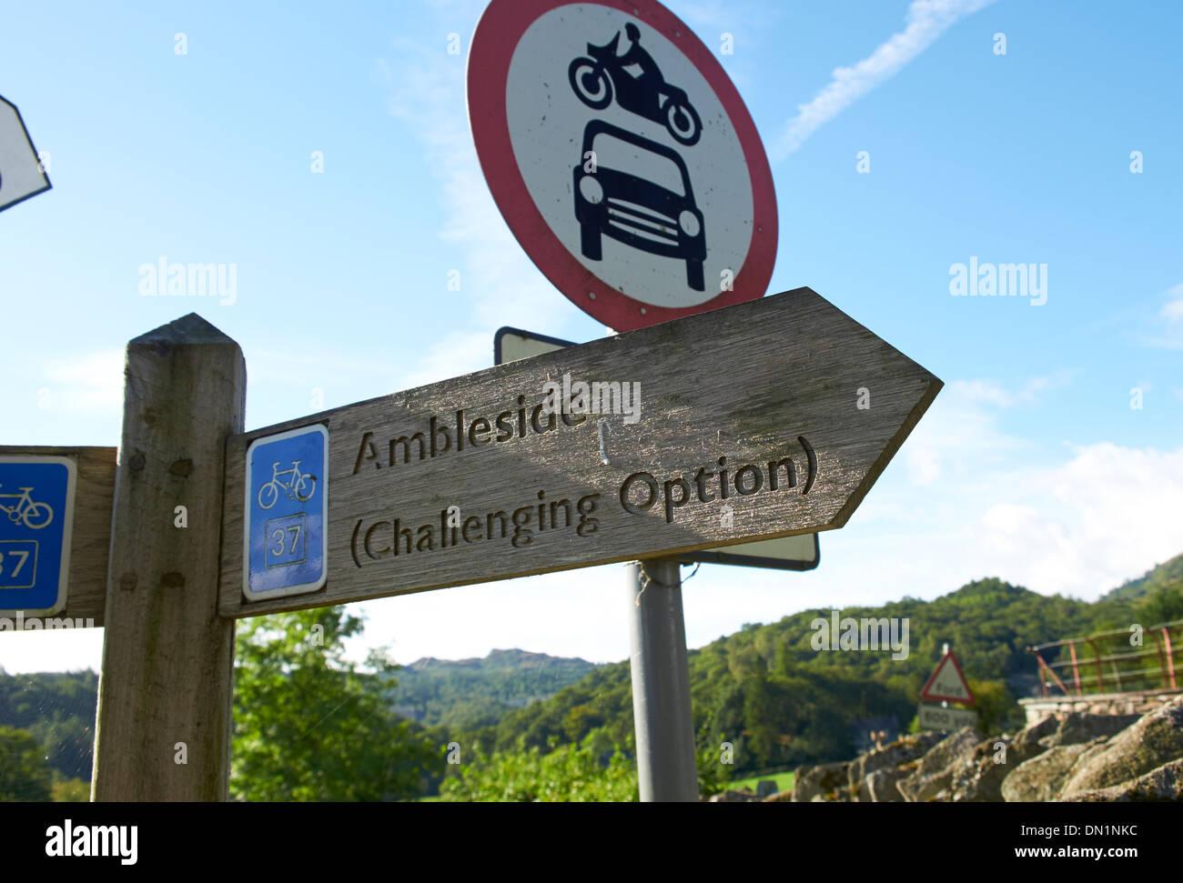 Sign post für eine anspruchsvolle Radtour im Lake District, England, UK. Stockbild