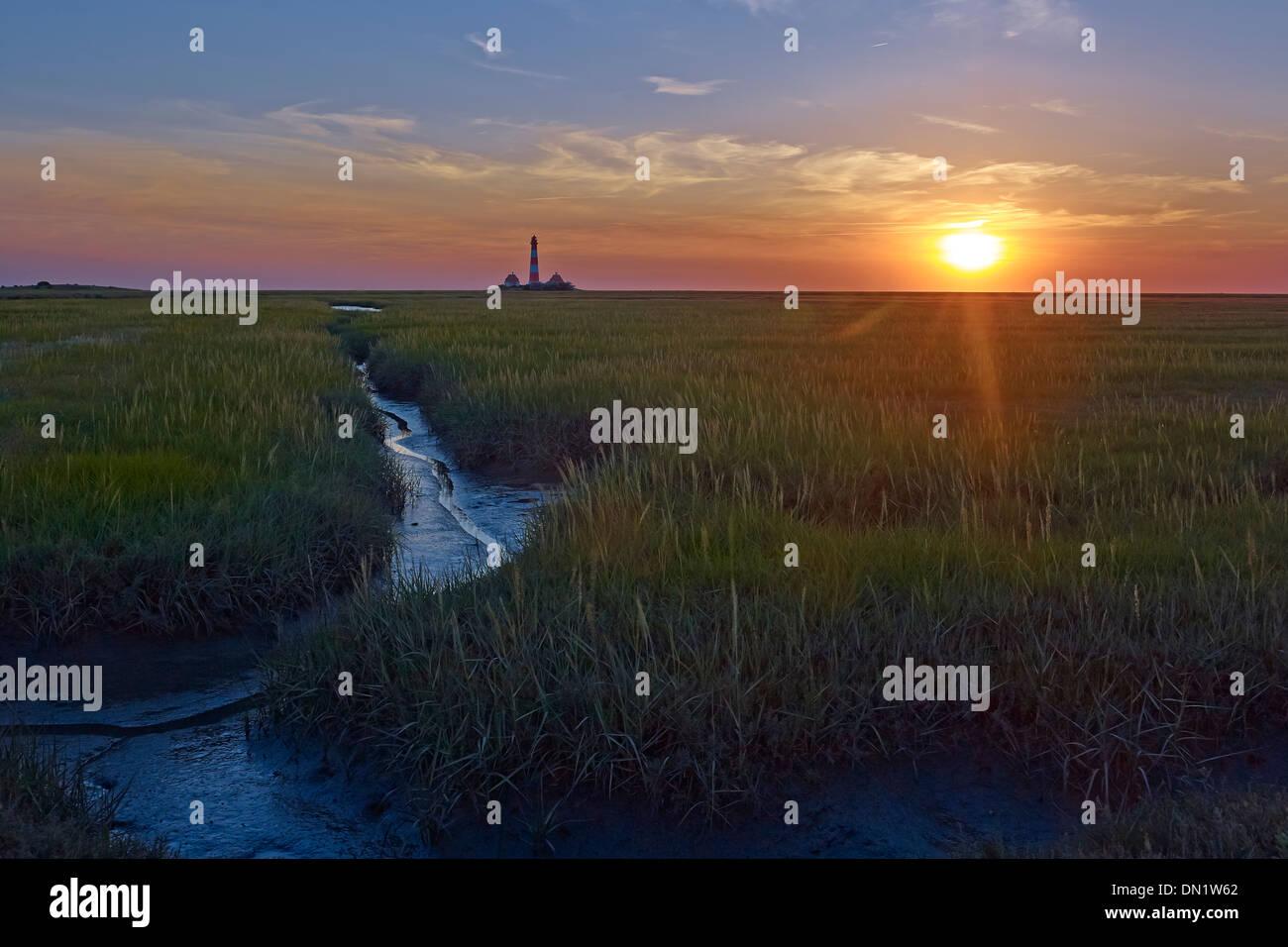 Sonnenuntergang am Leuchtturm Westerheversand, Halbinsel Eiderstedt, Nordfriesland, Schleswig-Holstein, Deutschland Stockbild