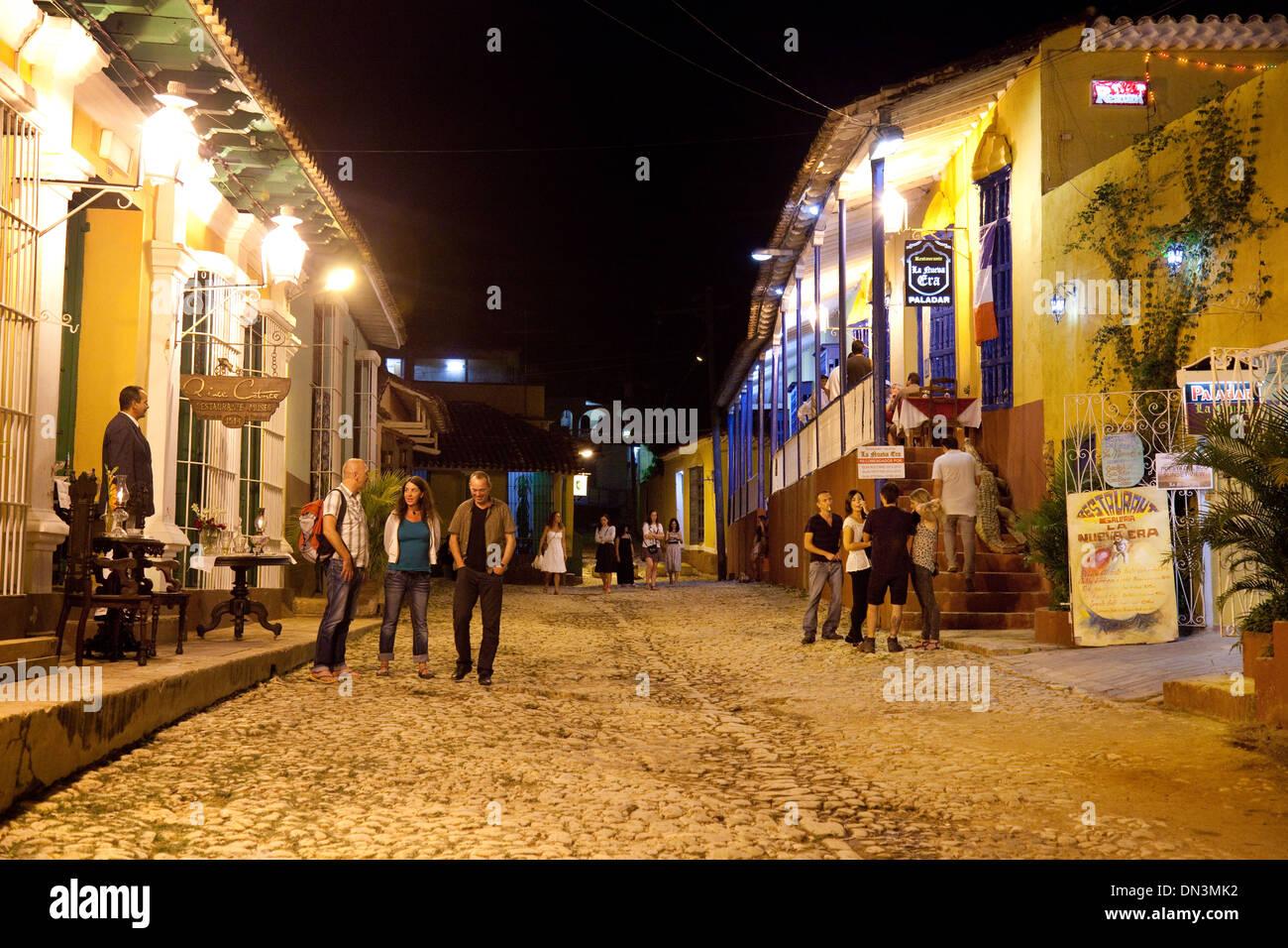 Menschen auf der Straße in Trinidad Kuba in der Nacht zu Restaurants und Bars für das Nachtleben, Trinidad Stockbild