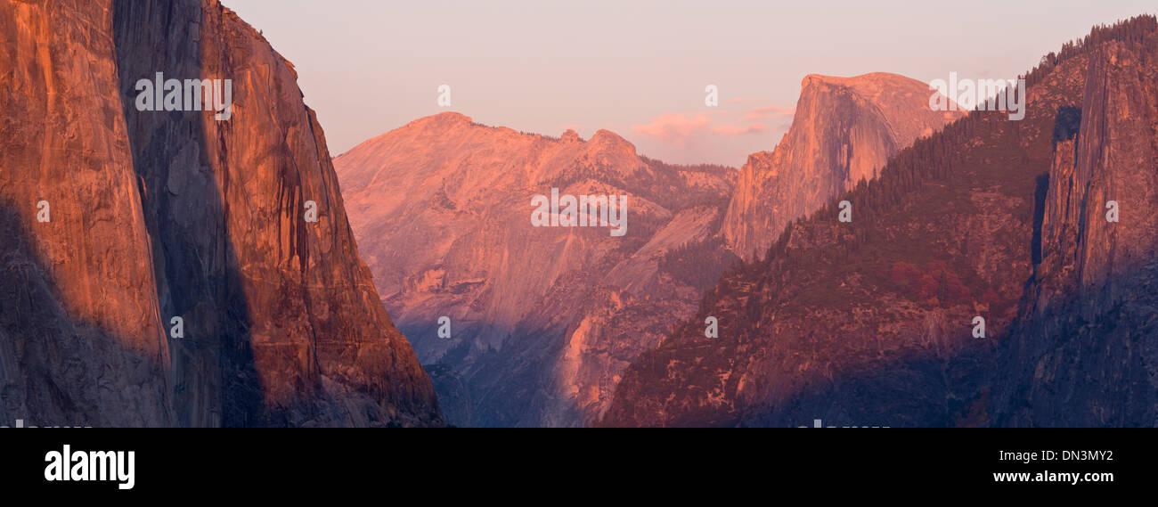 El Capitan und Hälfte Dome bei Sonnenuntergang, vom Tunnel View, Yosemite Valley, Kalifornien, USA. Herbst (Oktober) 2013. Stockbild