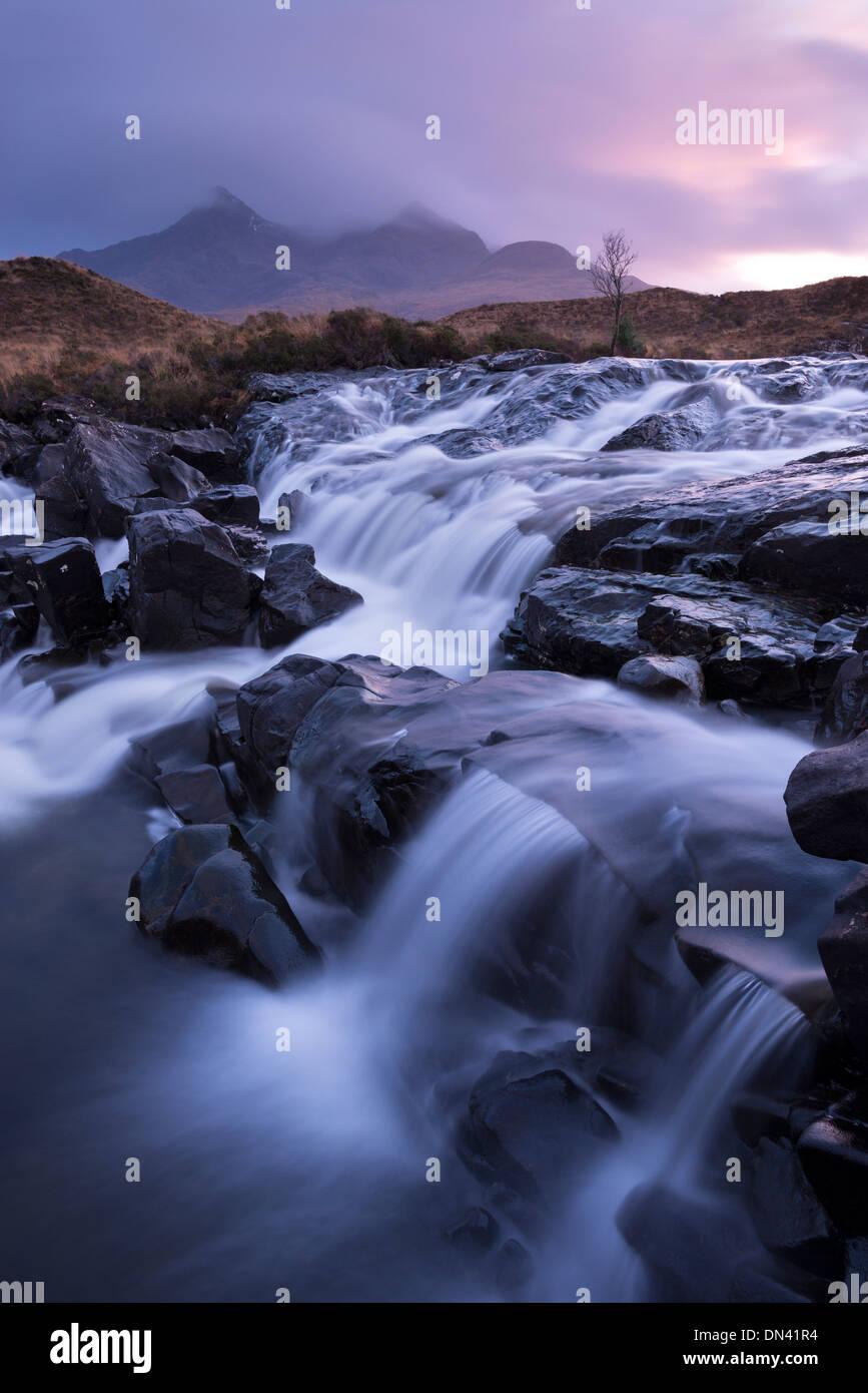 Der Fluss Allt Dearg Mor taumeln über eine Reihe von Wasserfällen in Glen Sligachan, Isle Of Skye, Schottland. Winter (November) 2013. Stockbild
