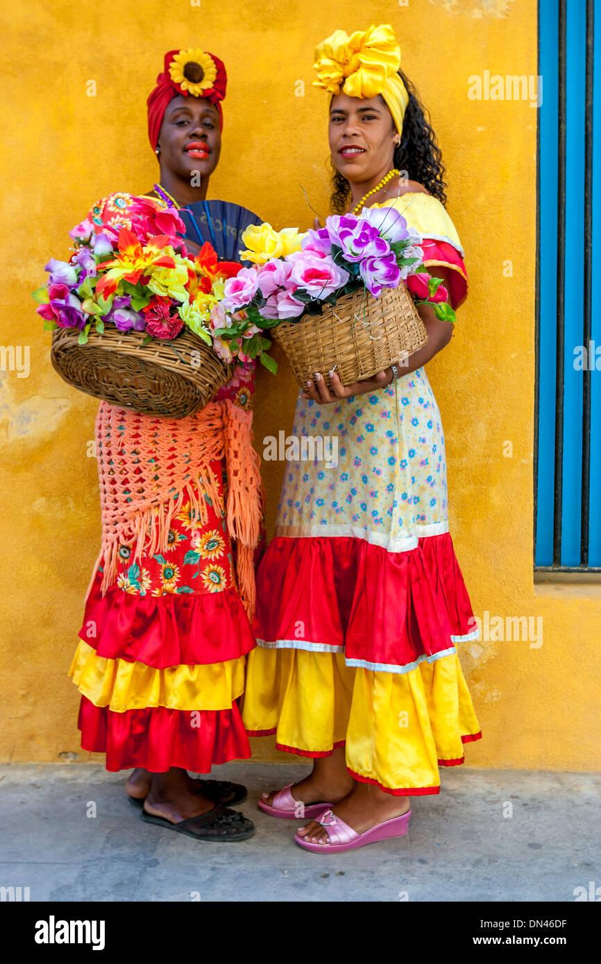 Kubanische Frauen in traditioneller Kleidung, Plaza De La ...