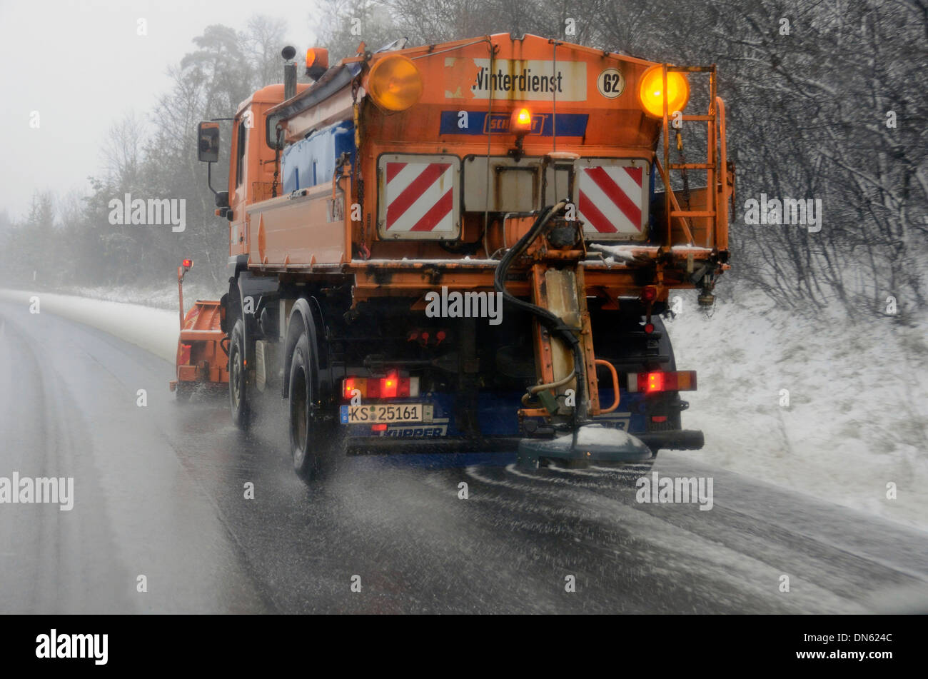 winter service fahrzeug streuen von salz auf einer autobahn deutschland stockfoto bild. Black Bedroom Furniture Sets. Home Design Ideas