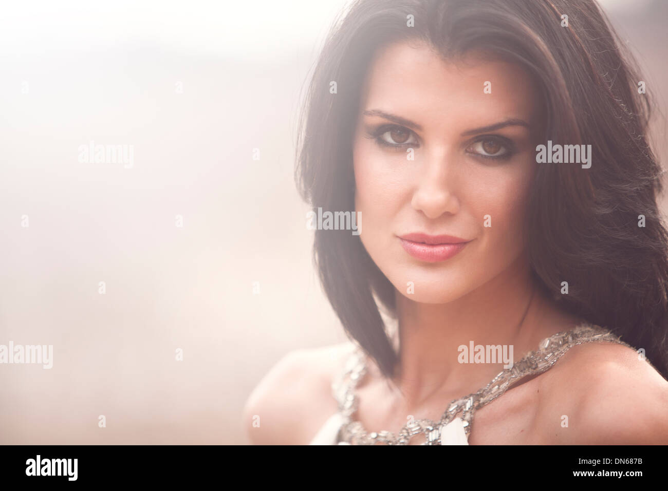 Schönheit Mode Portrait Frau draußen im Feld Stockbild
