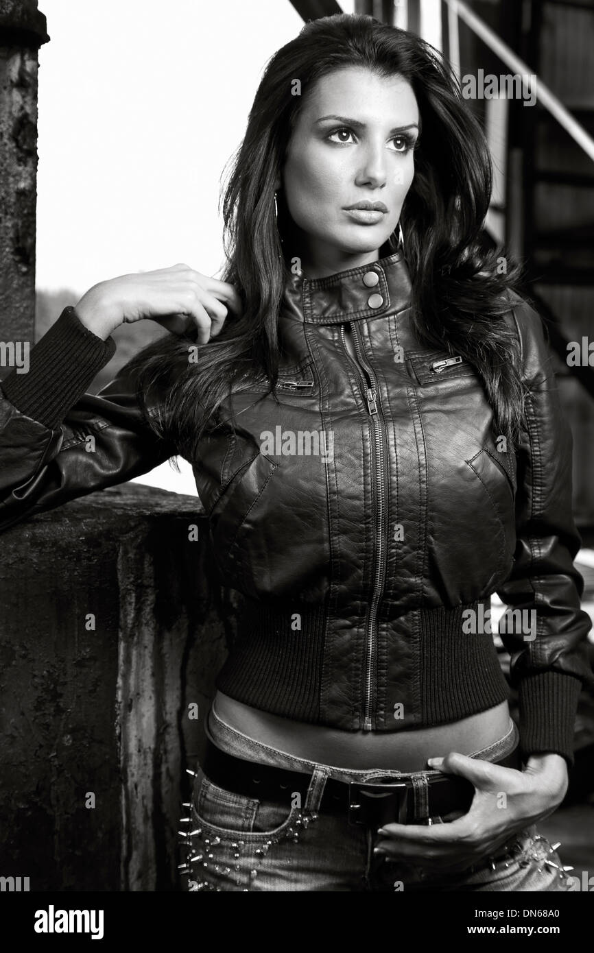 Mode-Porträt der Frau in schwarzem Lederjacke Stockbild