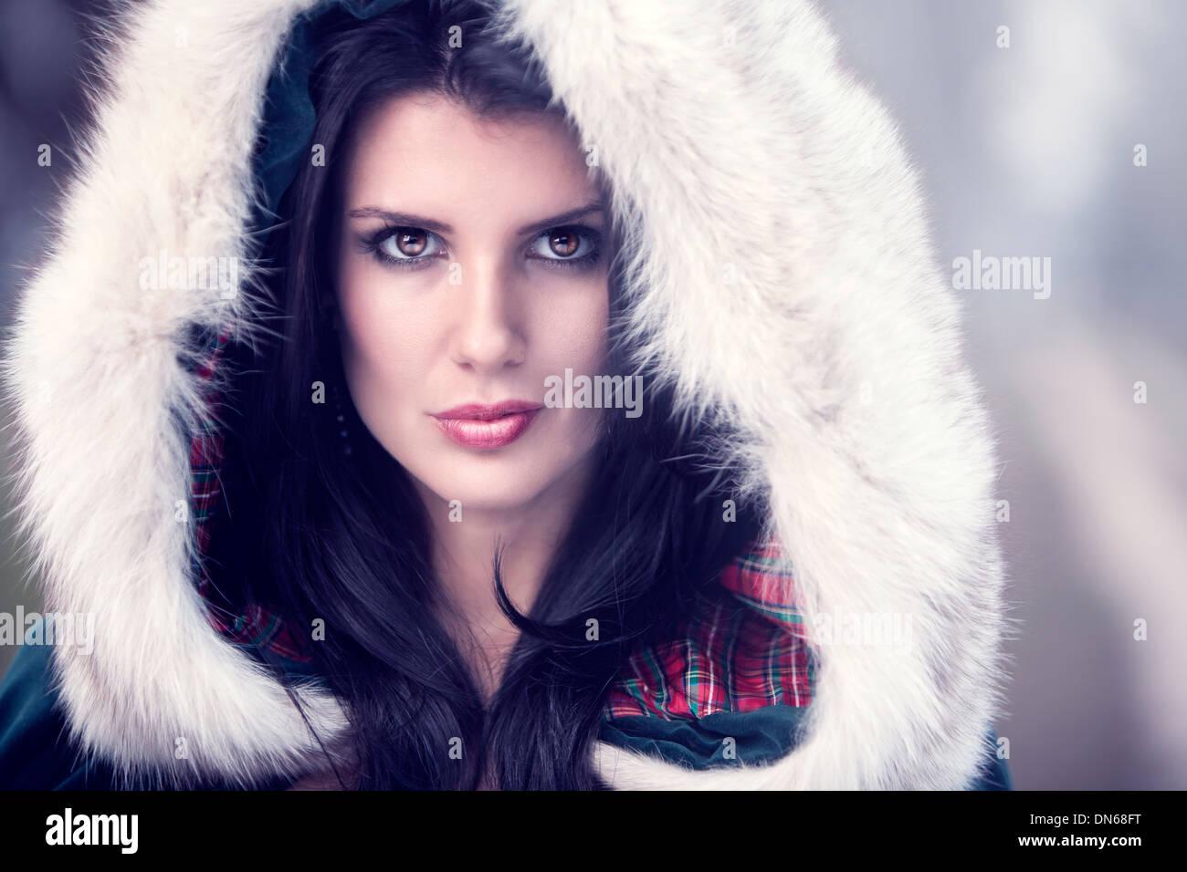 Beauty Portrait Frau tragen eine Fell bedeckt Haube an einem kalten Wintertag. Stockfoto