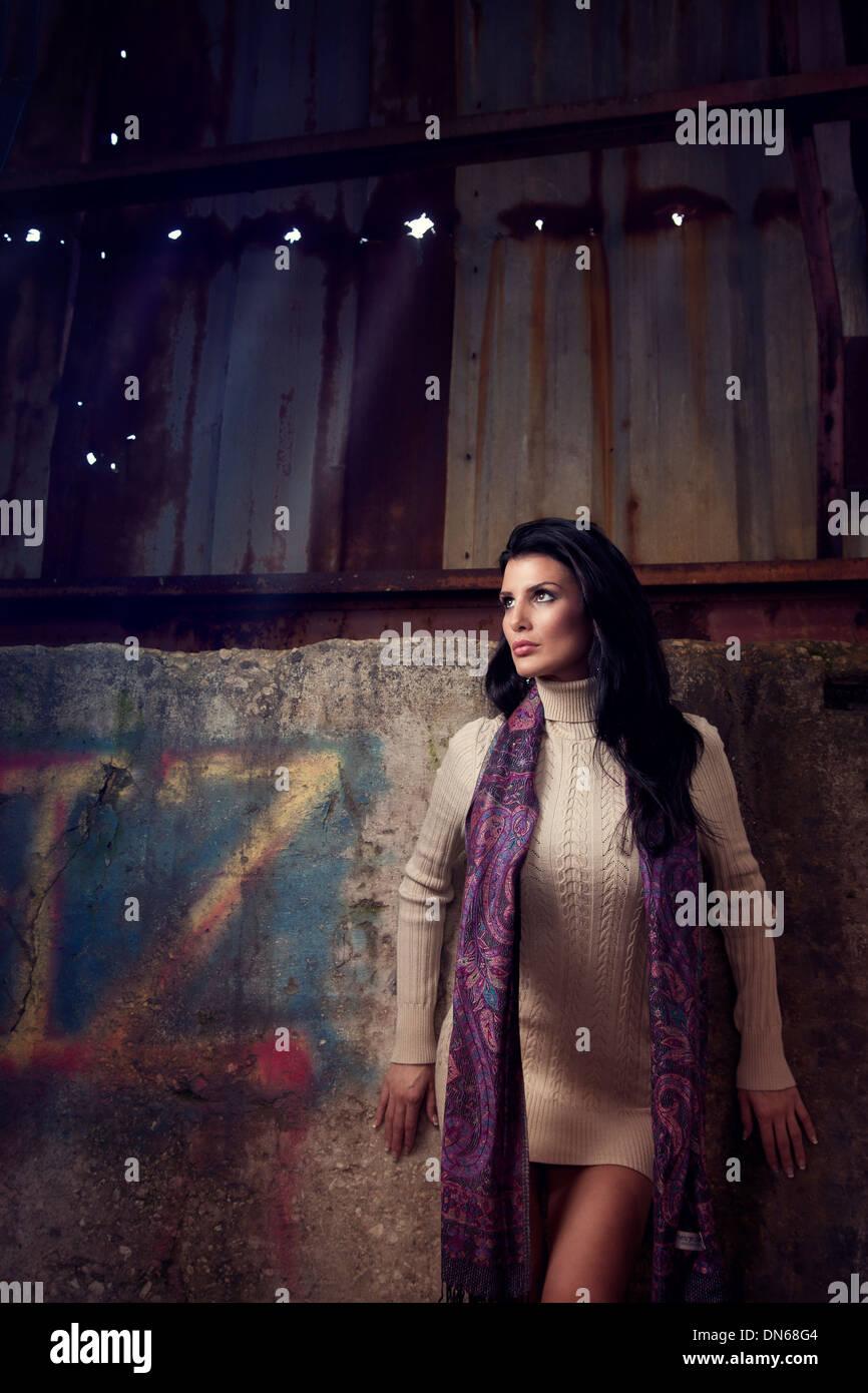 Mode-Porträt der Frau im Kleid in einem verlassenen Lagerhaus Stockbild