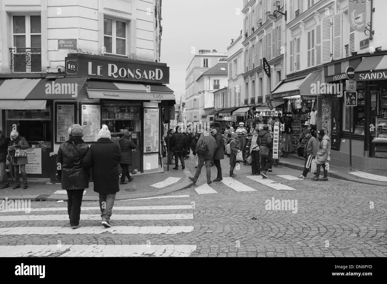belebten Fußgängerüberwegen an einer Straßenecke in Paris, Frankreich Stockbild