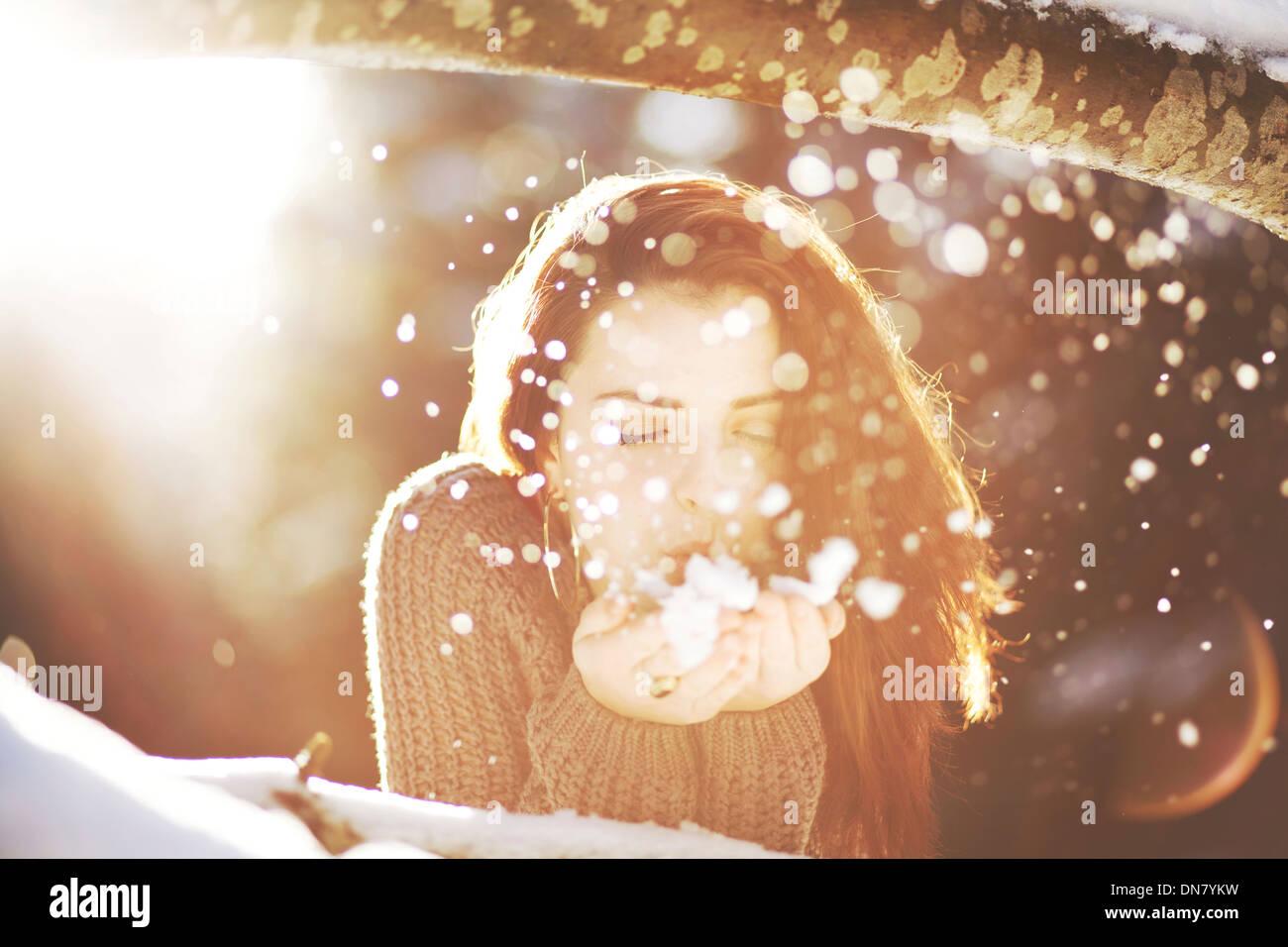 Porträt einer jungen Frau im Schnee bei Gegenlicht Einschränkungen: dieses Bild hat zusätzliche Einschränkungen. Stockbild
