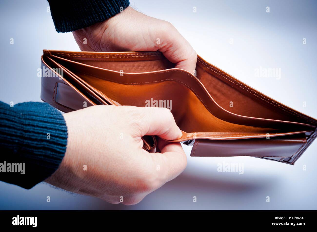 Mann zeigt eine leere Geldbörse Stockbild