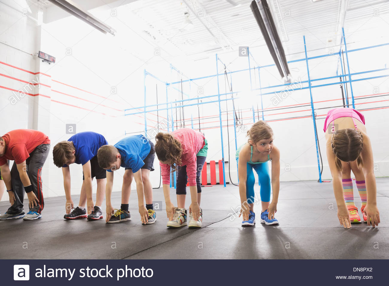 Kinder Aufwärmen im Crossfit-Klasse Stockbild