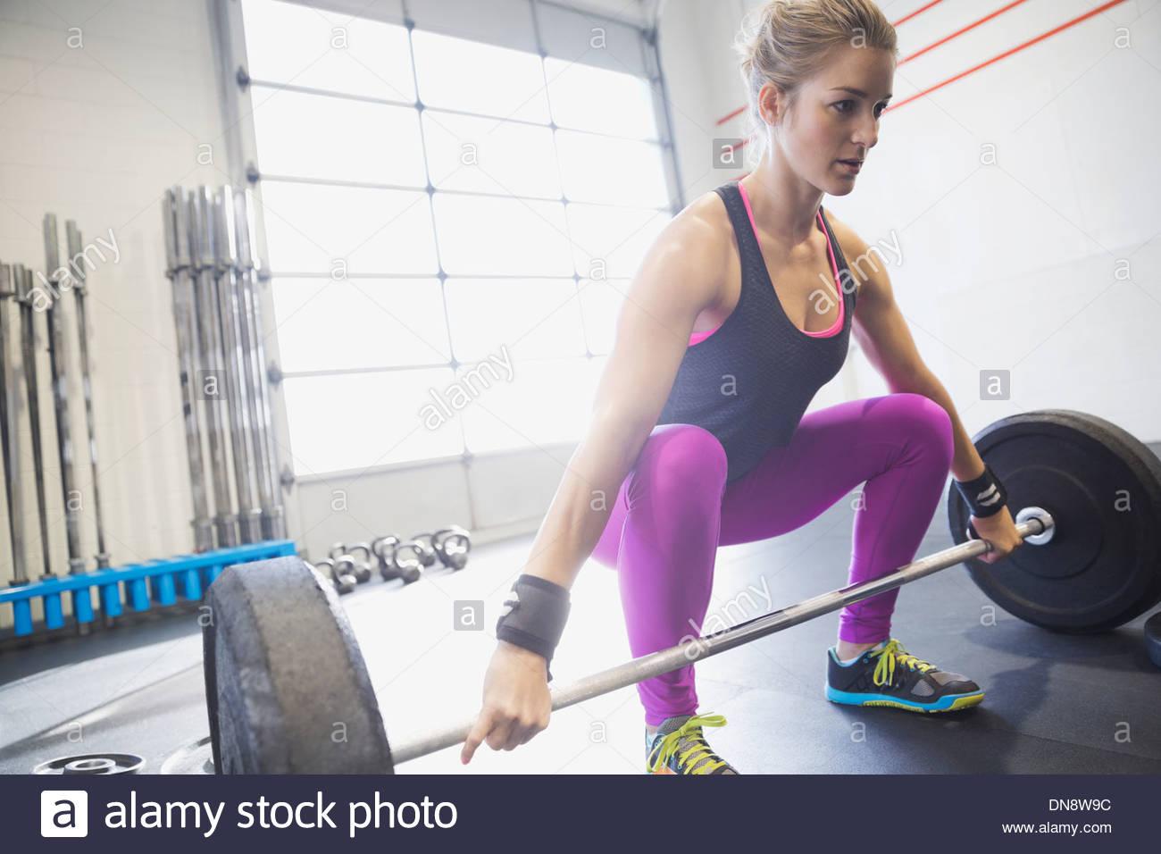 Frau üben Kreuzheben Stockfoto