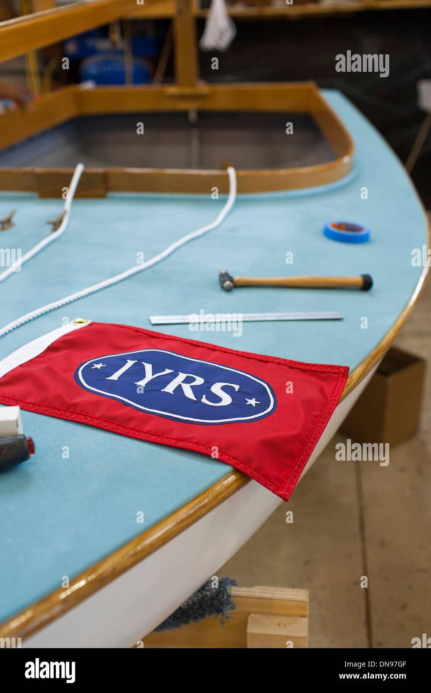 Eine Jolle an der internationalen Yacht-Restaurierung-Schule in Newport Rhode Island hinzufügen den letzten Schliff und Details. Stockbild
