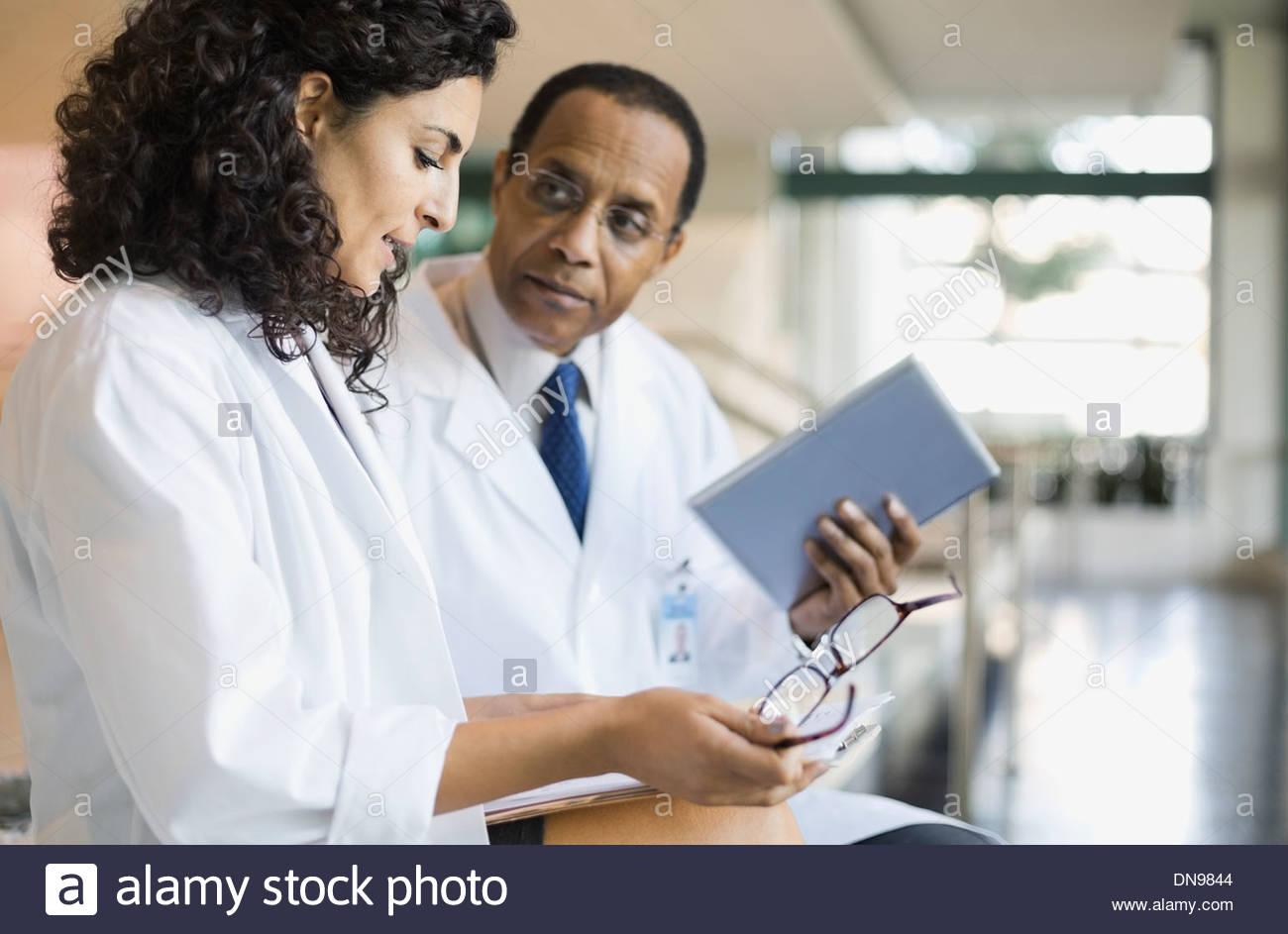 Ärzte, medizinische Ergebnisse diskutieren Stockbild