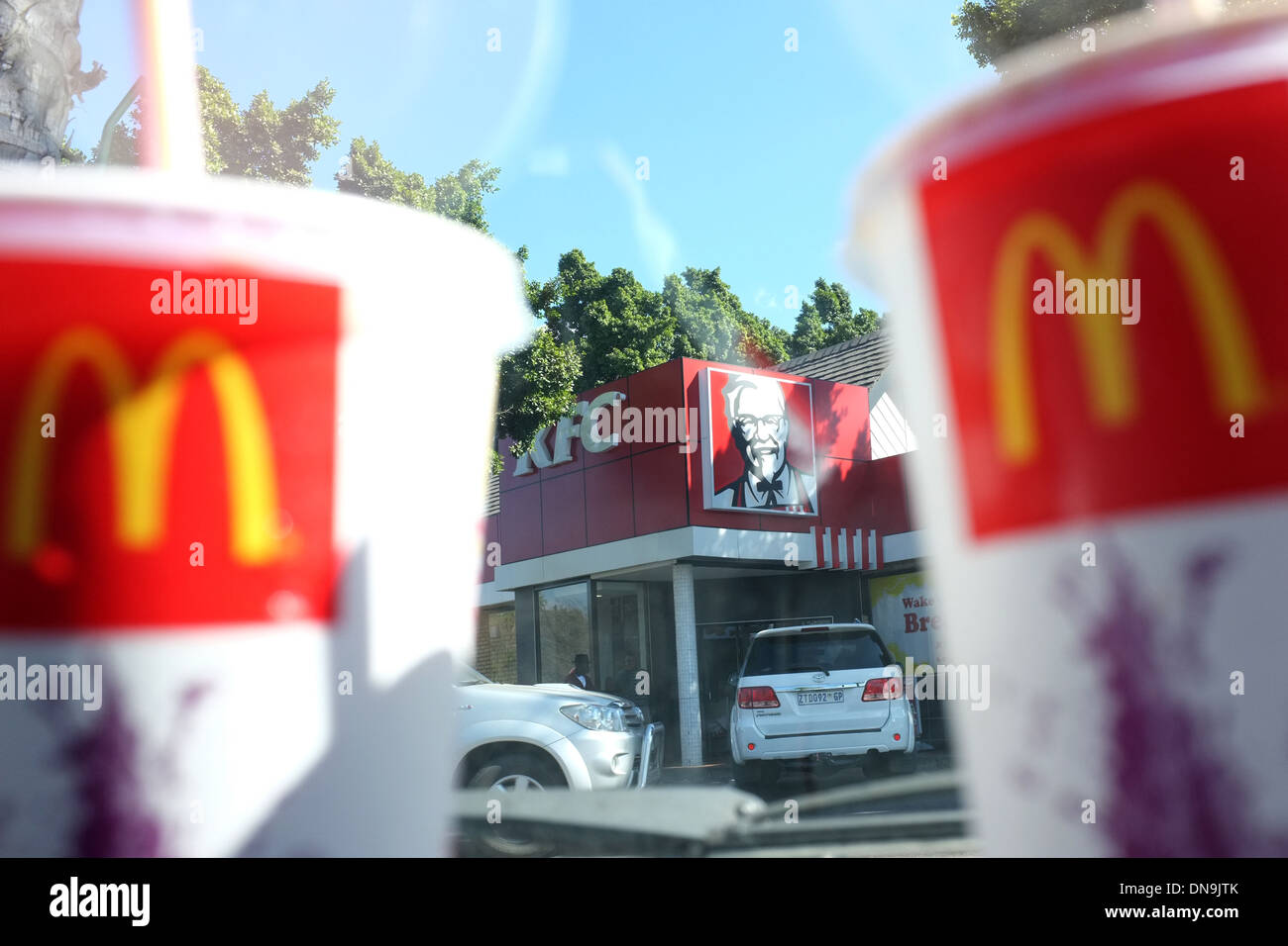 McDonalds-Logos auf Getränke-Container mit einem KFC-Geschäft im ...