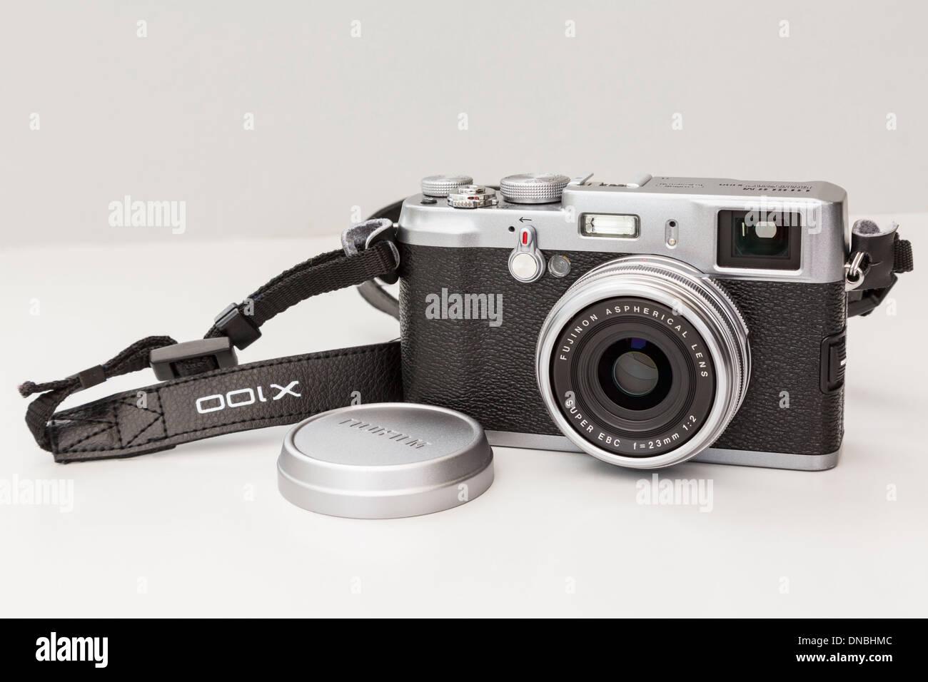 Fujifilm X100 traditionellen Stil Retro-digitale Kompaktkamera mit einem Objektiv mit Festbrennweite. Stockbild