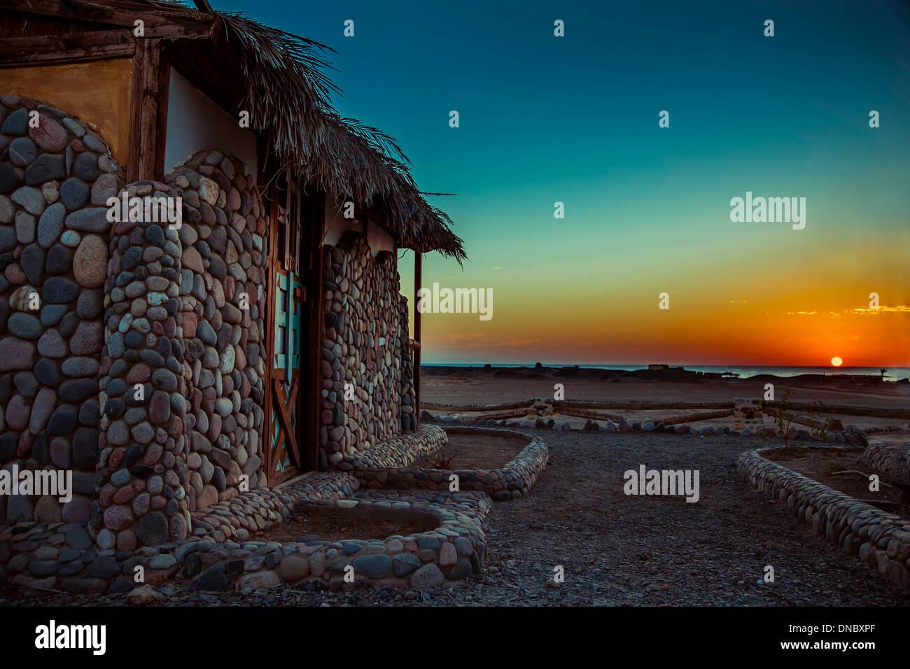 Haus am meer bei sonnenuntergang  Ägypten Marsa Alam Sonnenuntergang Sonnenaufgang Farben blau gelb ...