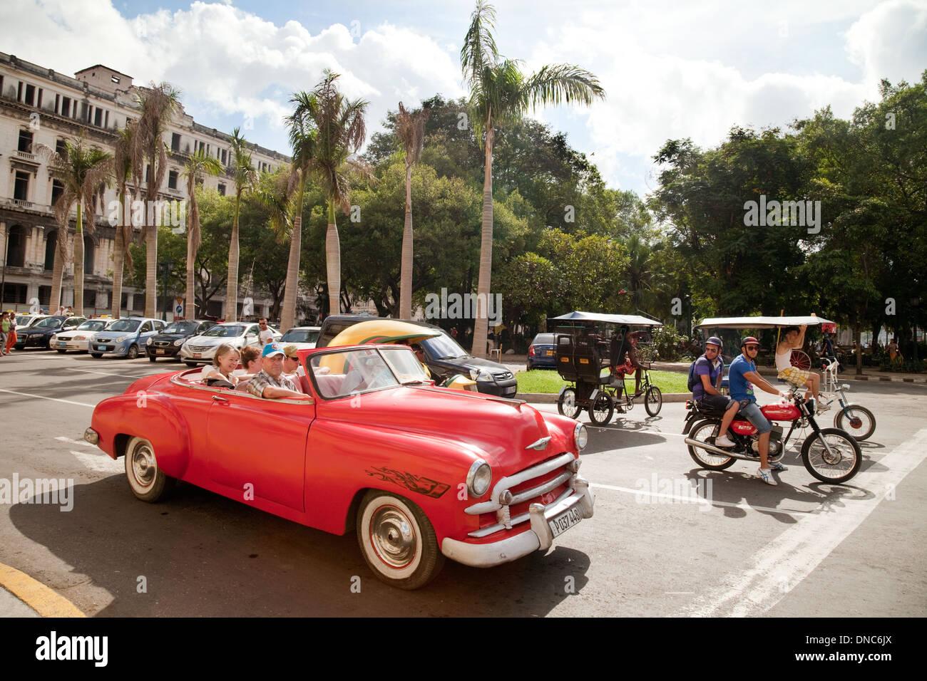 Havanna, Kuba Straßenszene mit alten amerikanischen Auto und Fahrrad-taxi, Parque Centrale, Havanna, Kuba, Stockbild