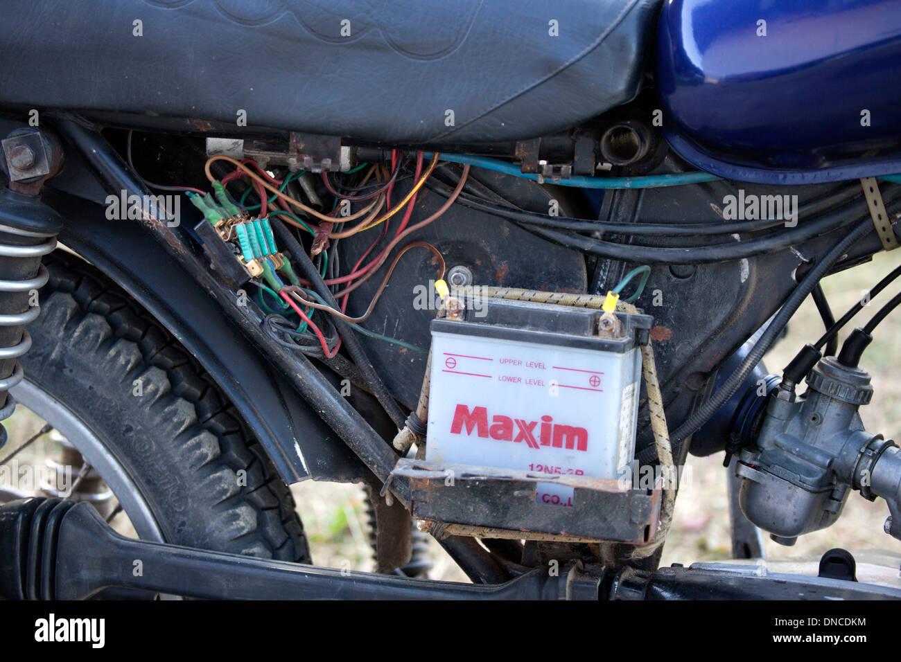 Verkabelung, Batterie und Motor von einem polnischen Motorrad ...