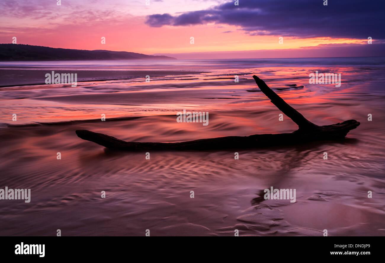 AST liegen am Strand bei Sonnenaufgang, South Australia, Australia Stockbild