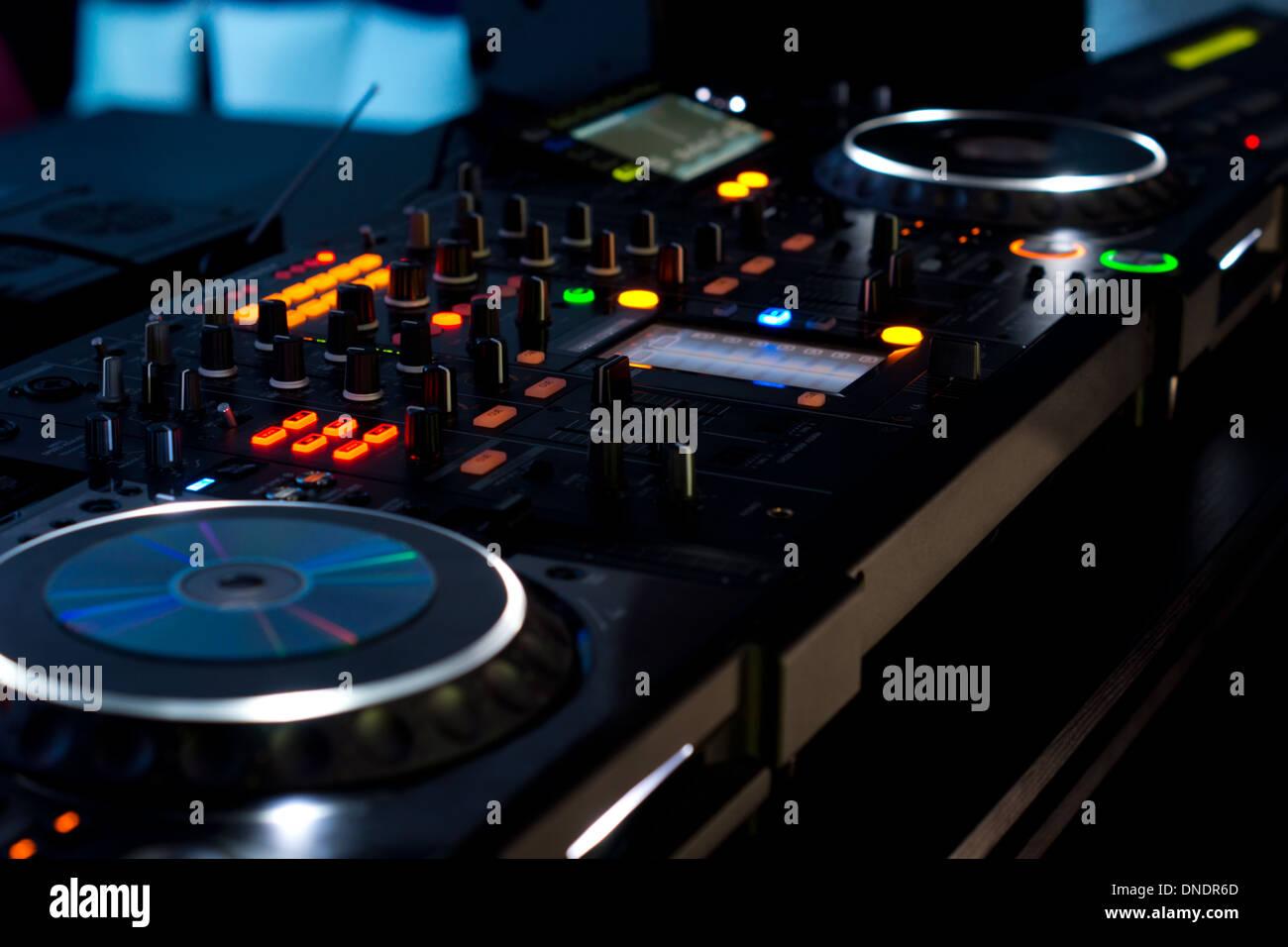 Musik-Deck in eine Disco mit zwei Turntables und mehrere Schalter ...