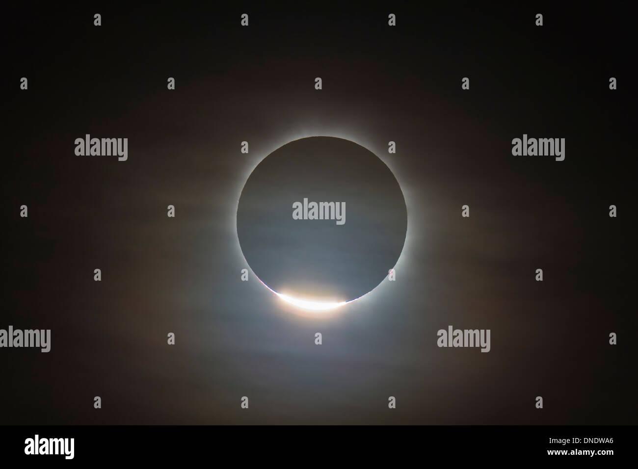 14. November 2012 - der erste Diamant-Ring während der totalen Sonnenfinsternis von der Sonne, Queensland, Australien. Stockbild