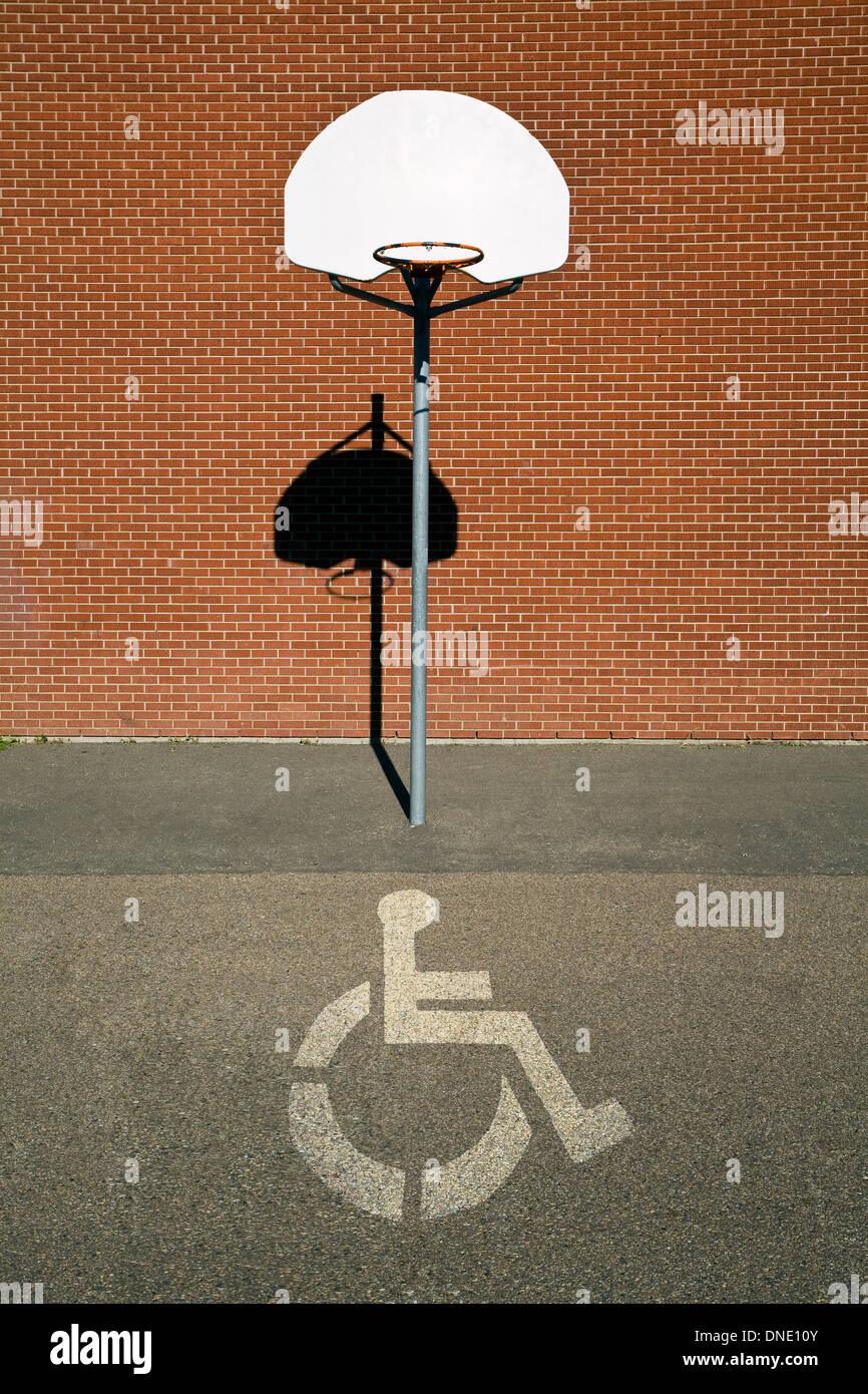 Basketballfeld mit Handicap Symbol Gericht überlagert. Stockfoto