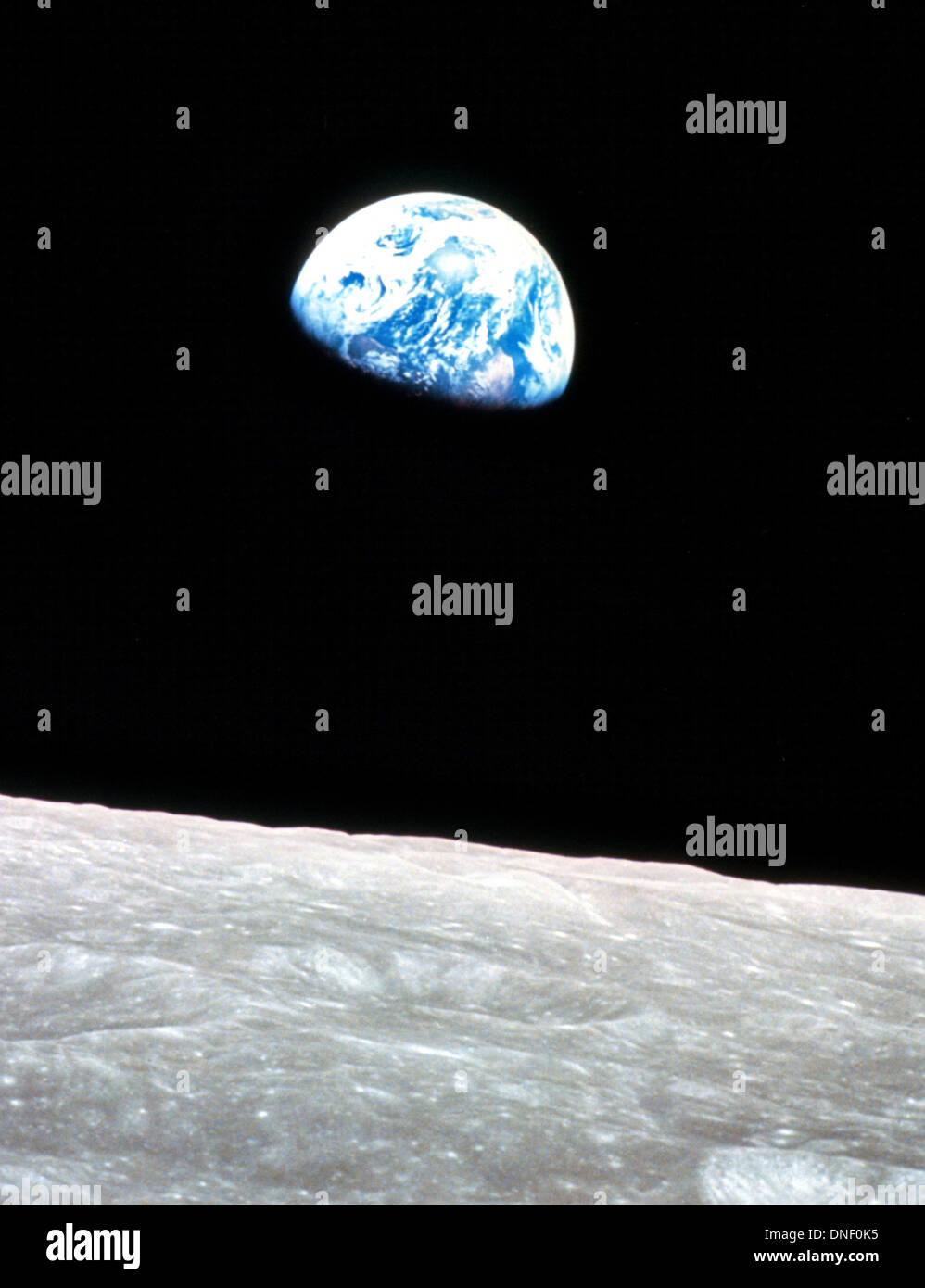 Blick auf die Erde mit dem lunar Horizont von Apollo 8 Astronaut William Anders getroffen, wie die Monitorbox jenseits des Mondes am 24. Dezember 1968 abgerundet. Das Bild als Erdaufgang bekannt war das erste Bild der Erde aus dem Weltraum und feiert 45 Jahre 24. Dezember 2013. Stockbild