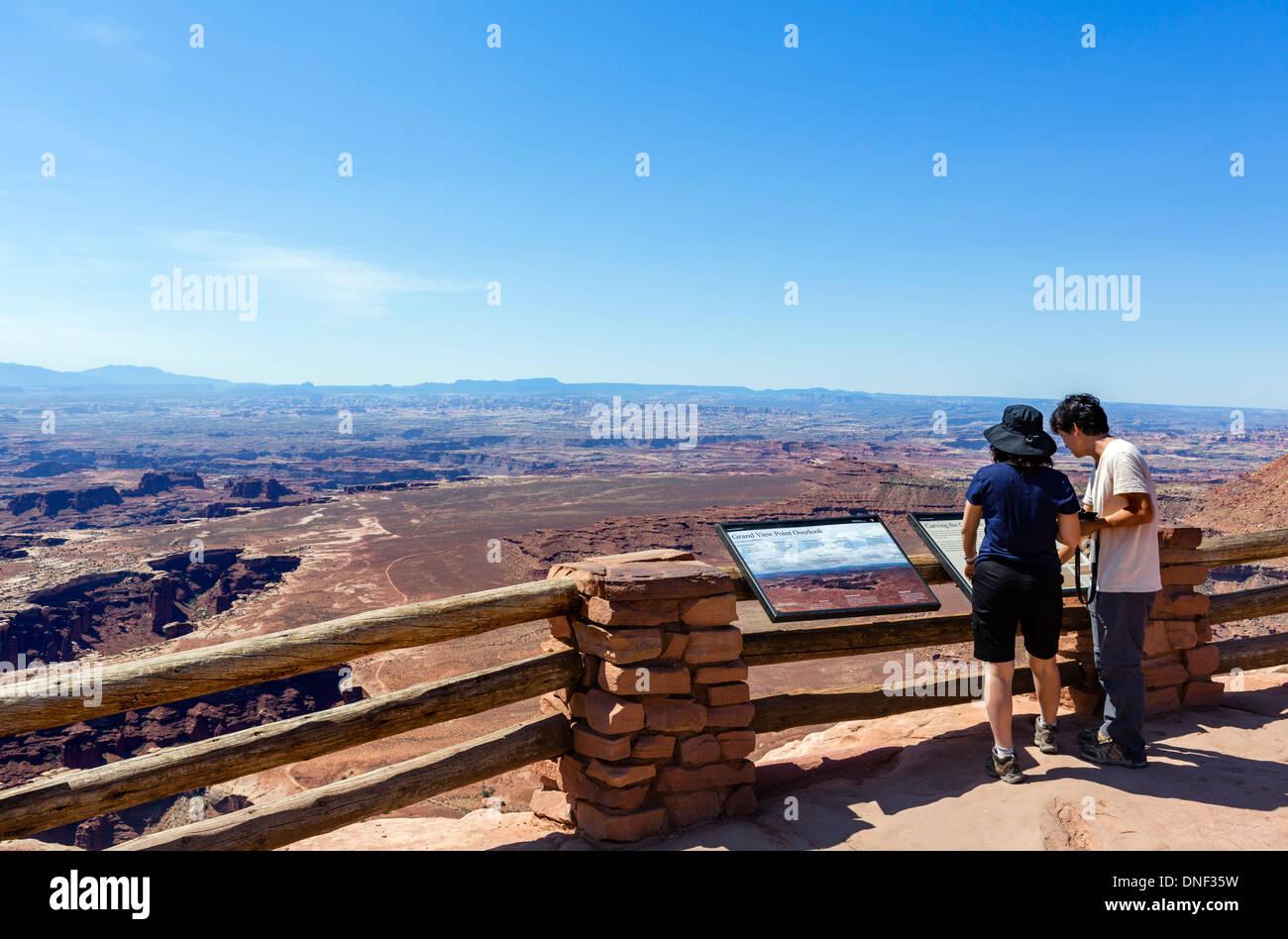Touristen im Grand View Point übersehen, Insel im Himmel, Canyonlands National Park, Utah, USA Stockbild