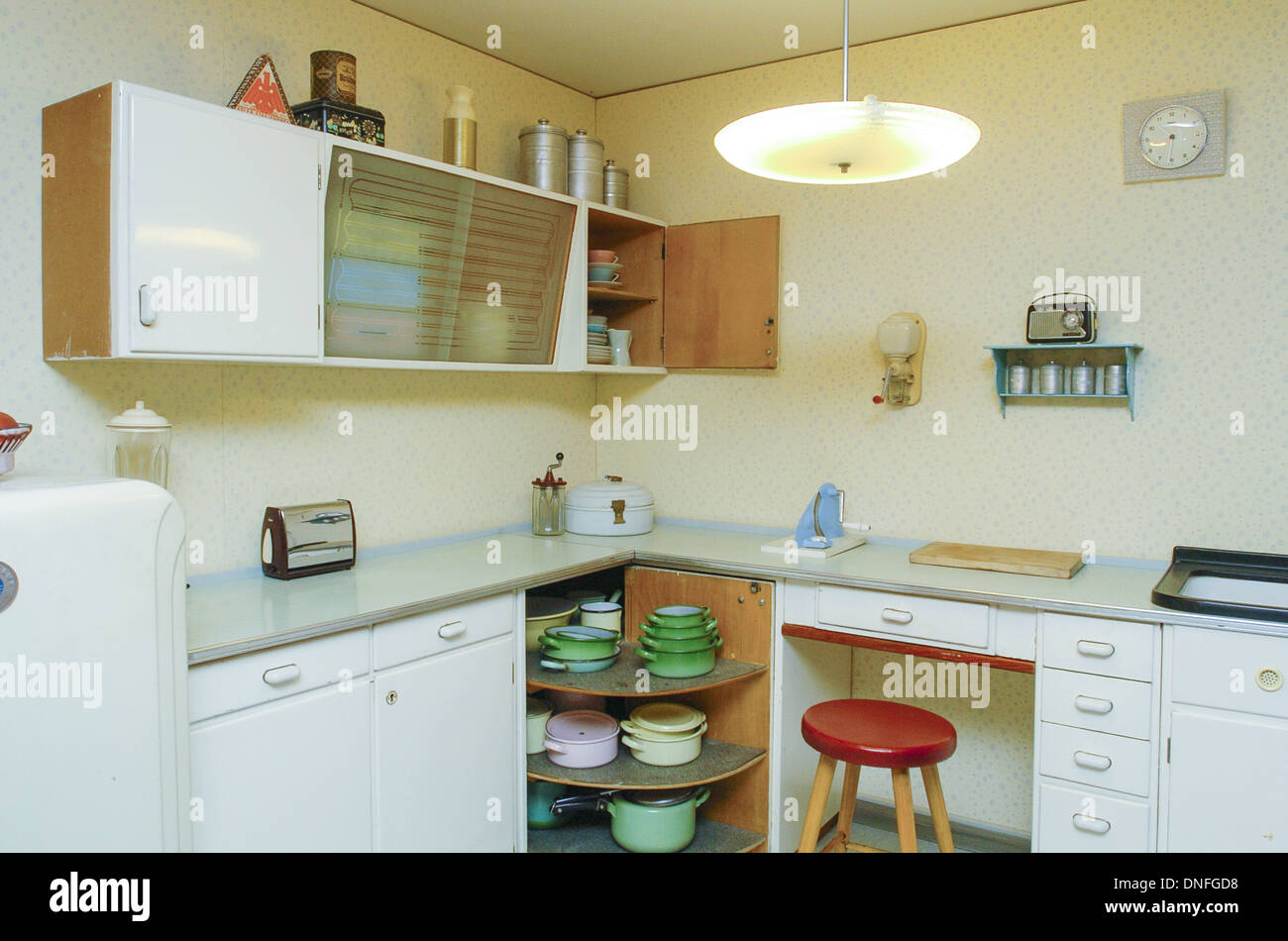 Wohnung im 50er Jahre Stil, Küche Stockfoto, Bild: 64881076 - Alamy