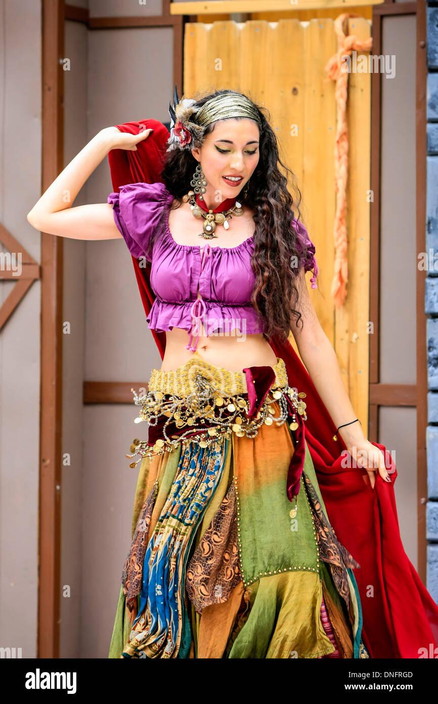 Arabische Tänzerin Durchführung einen traditionellen Tanz auf einer Expo auf ethnische Kulturen in FL Stockfoto