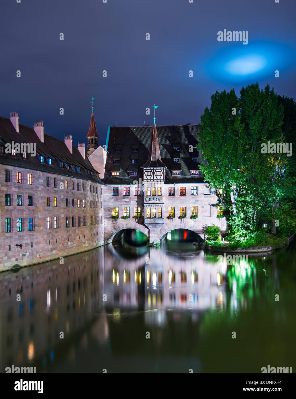 Nürnberg im historischen Krankenhaus des Heiligen Geistes am Fluss Pegnitz. Stockbild