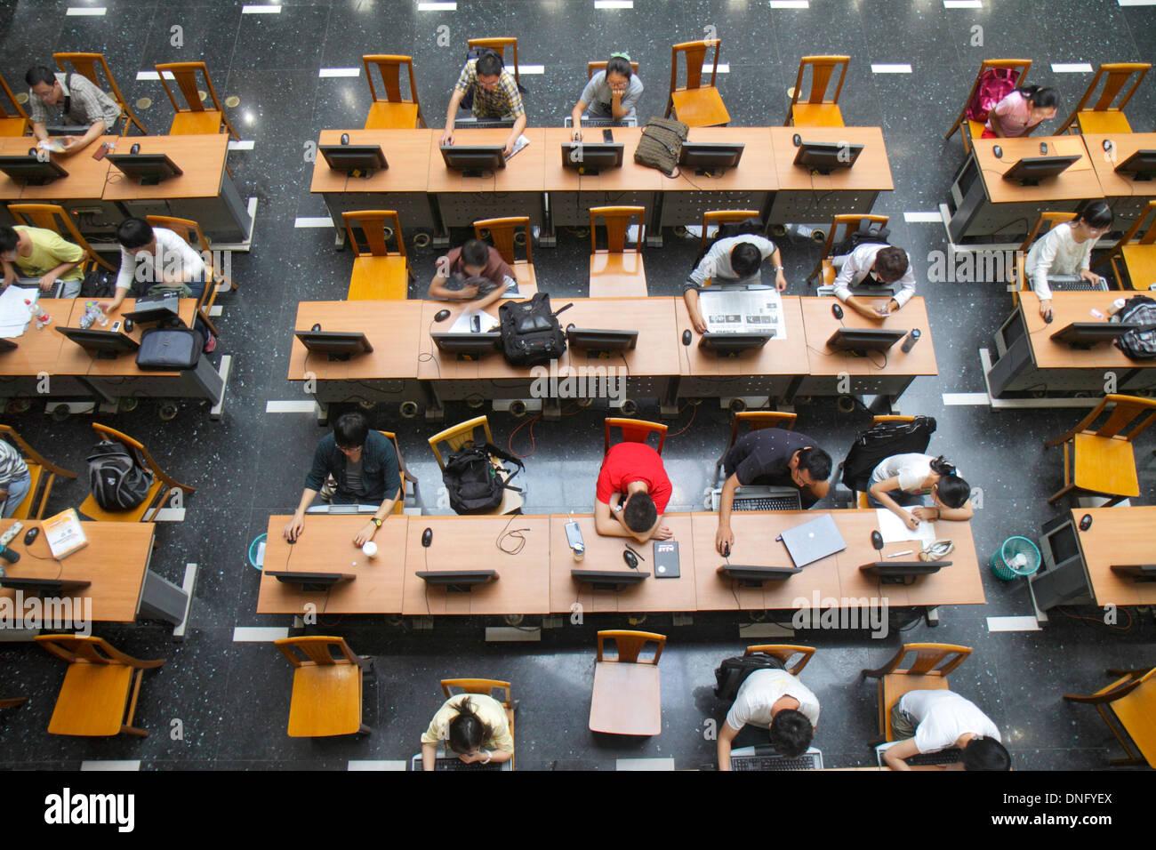 Peking China Haidian Bezirk Peking Universität PKU Beidà Higher Education Campus Bibliothek Studiensaal Computermonitoren Internet Stockbild