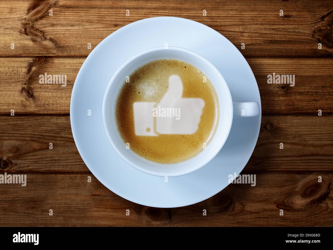 Daumen nach oben zu unterzeichnen, in Kaffee Stockbild