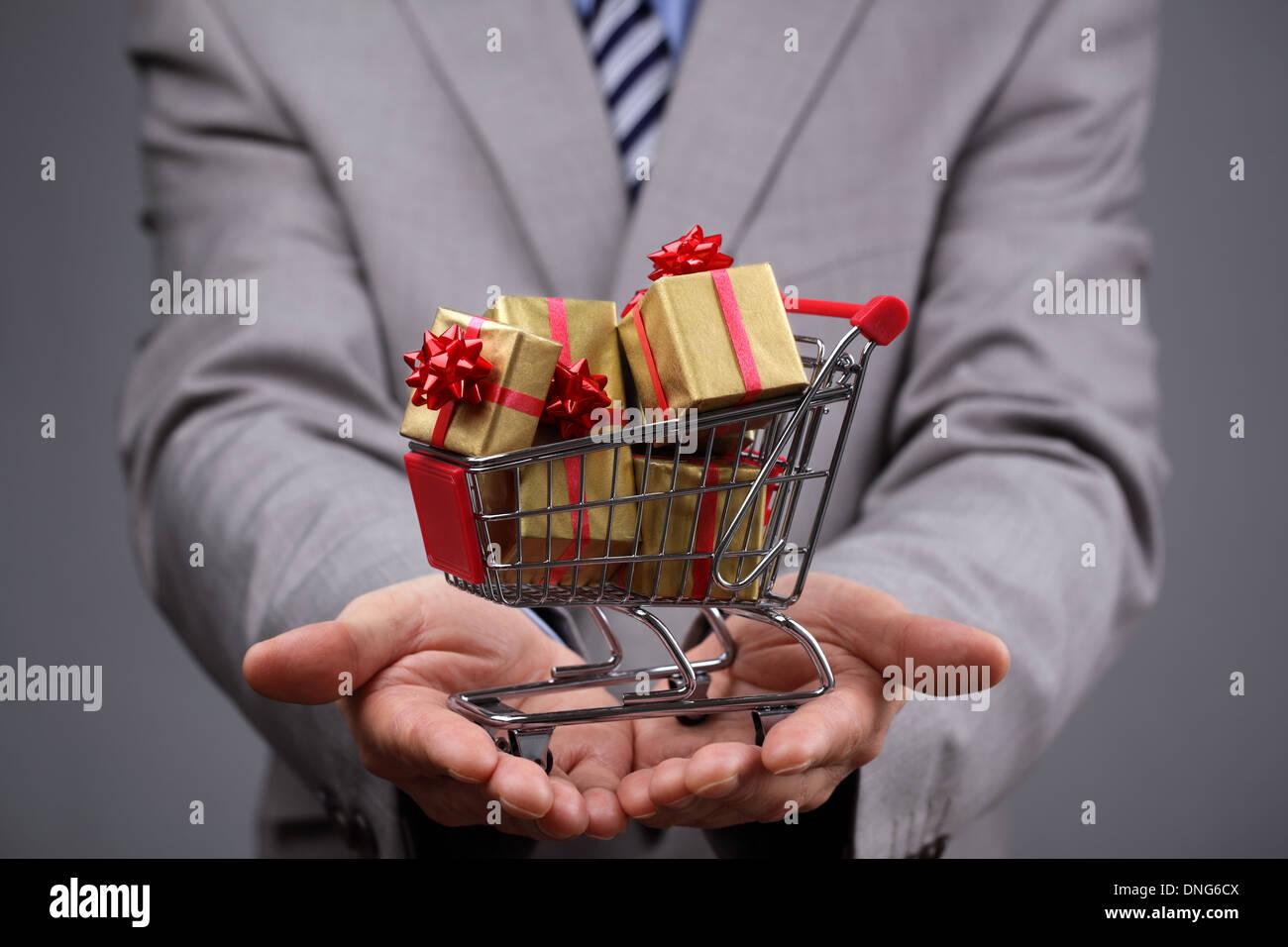 Warenkorb mit Geschenk-box Stockbild