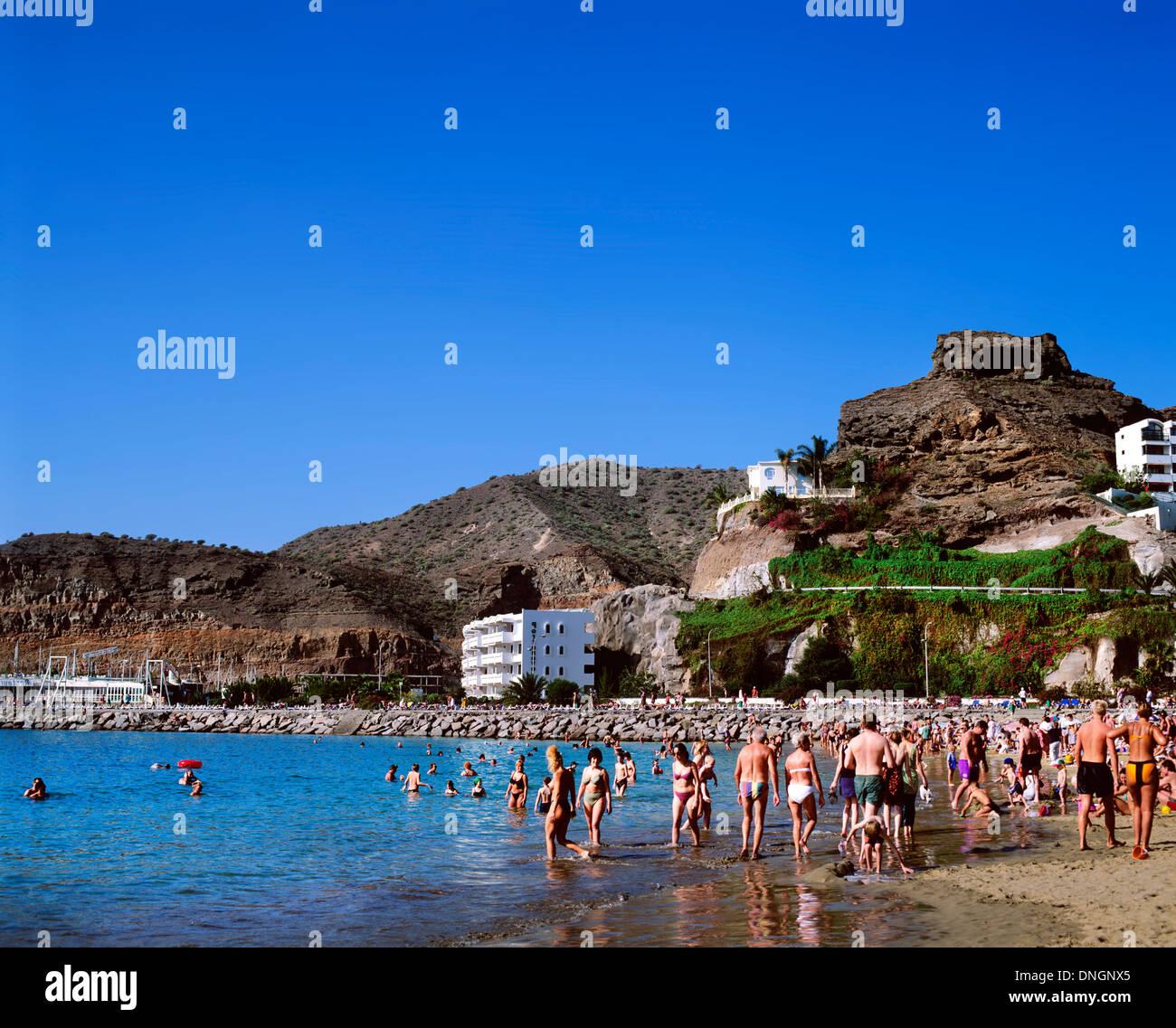 Urlauber am Strand, Puerto Rico, Gran Canaria, Spanien Stockbild