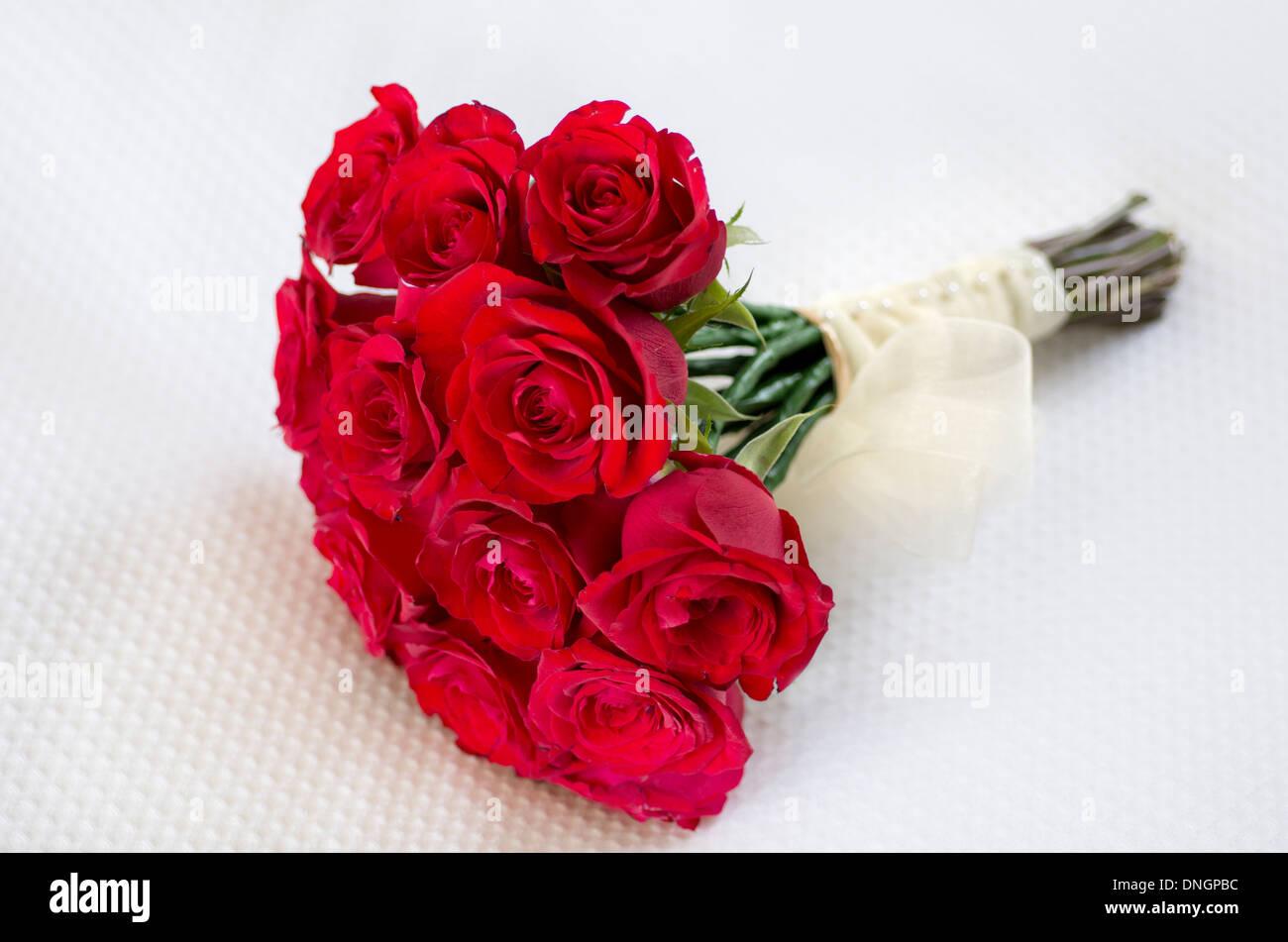Rote Rosen Brautstrausse Brautstrauss Auf Weissem Hintergrund Hautnah
