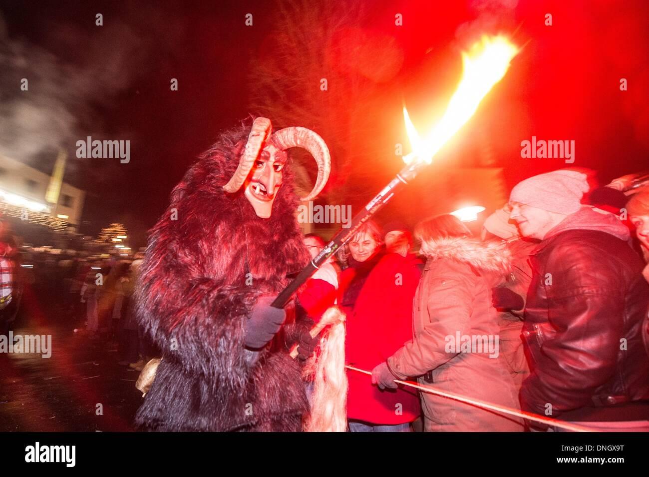 St. Englmar, Deutschland. 28. Dezember 2013. Menschen tragen ...