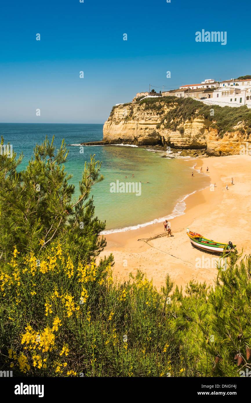Coloufully malte Fischerboot und seitlichem Blick auf das Dorf Carvoeiro, Algarve, portugal Stockbild