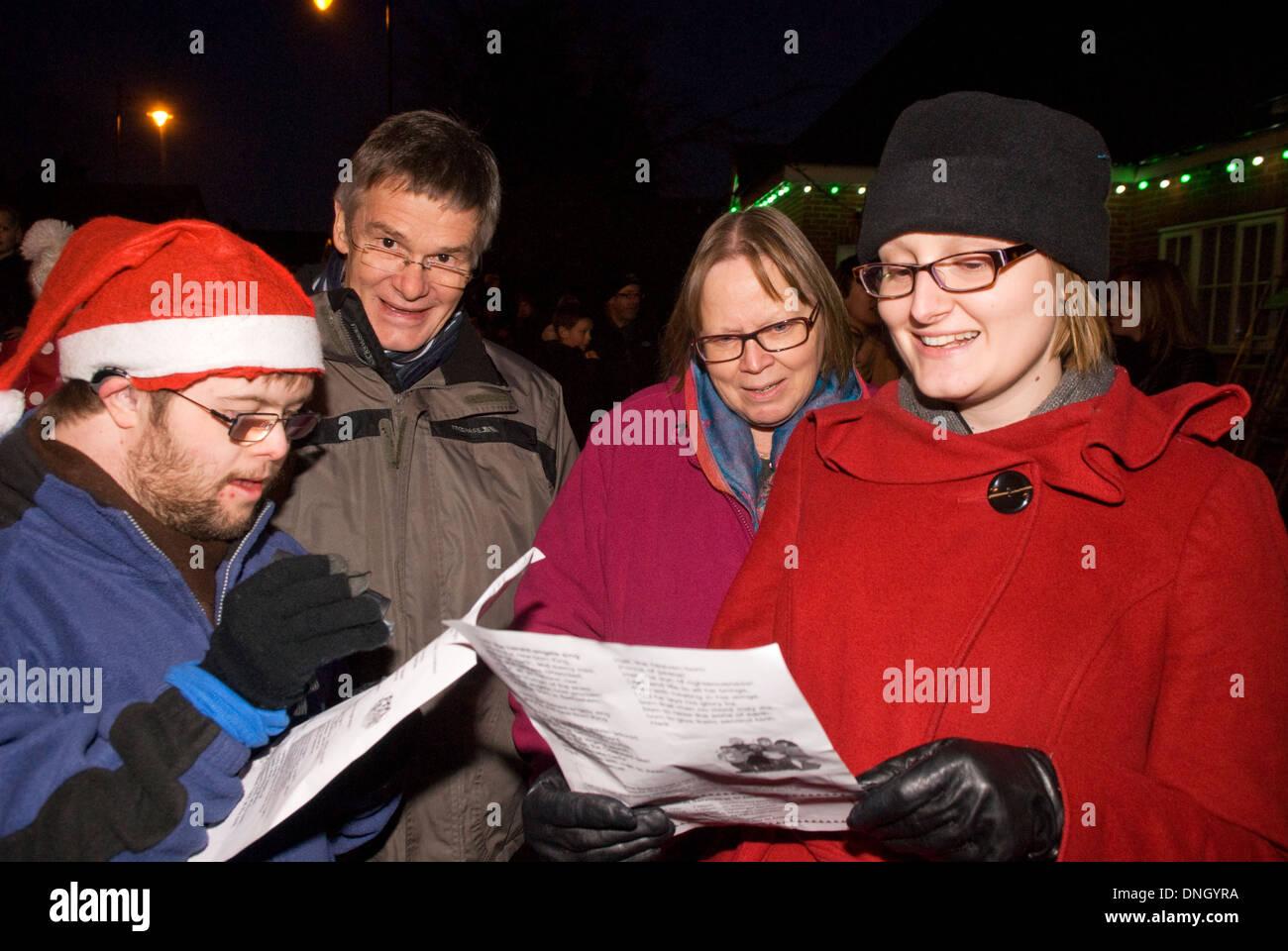Weihnachtslieder Zum Singen.Personen Singen Weihnachtslieder Am Abend Hindhead Surrey