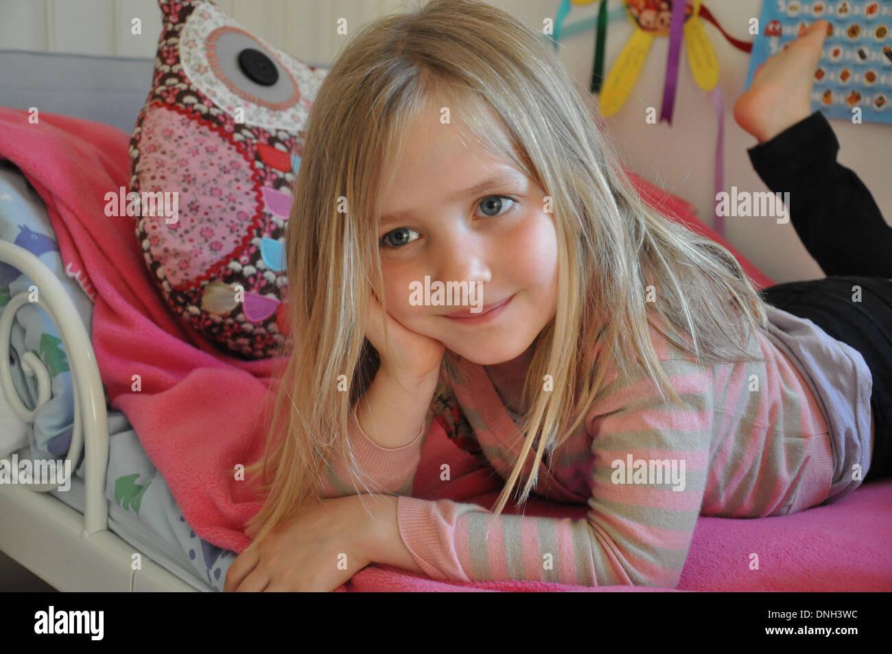 Porträt Der Hübsche Blonde Lächelnde Mädchen Im Alter Von 6 Bis 10
