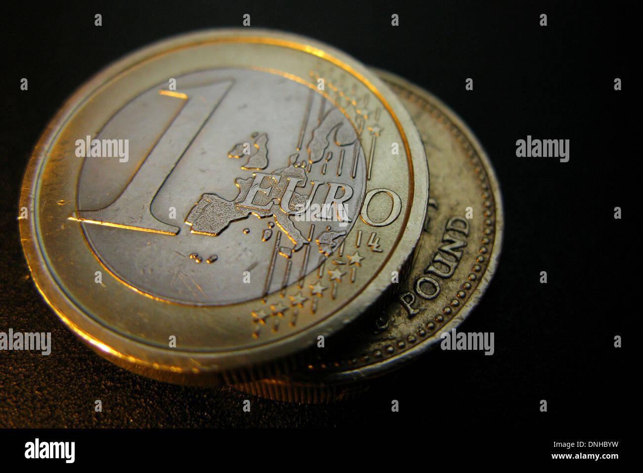 Ein Bild Zeigt Eine 1 Euro Münze Und Eine 1 Pfund Münze Stockfoto