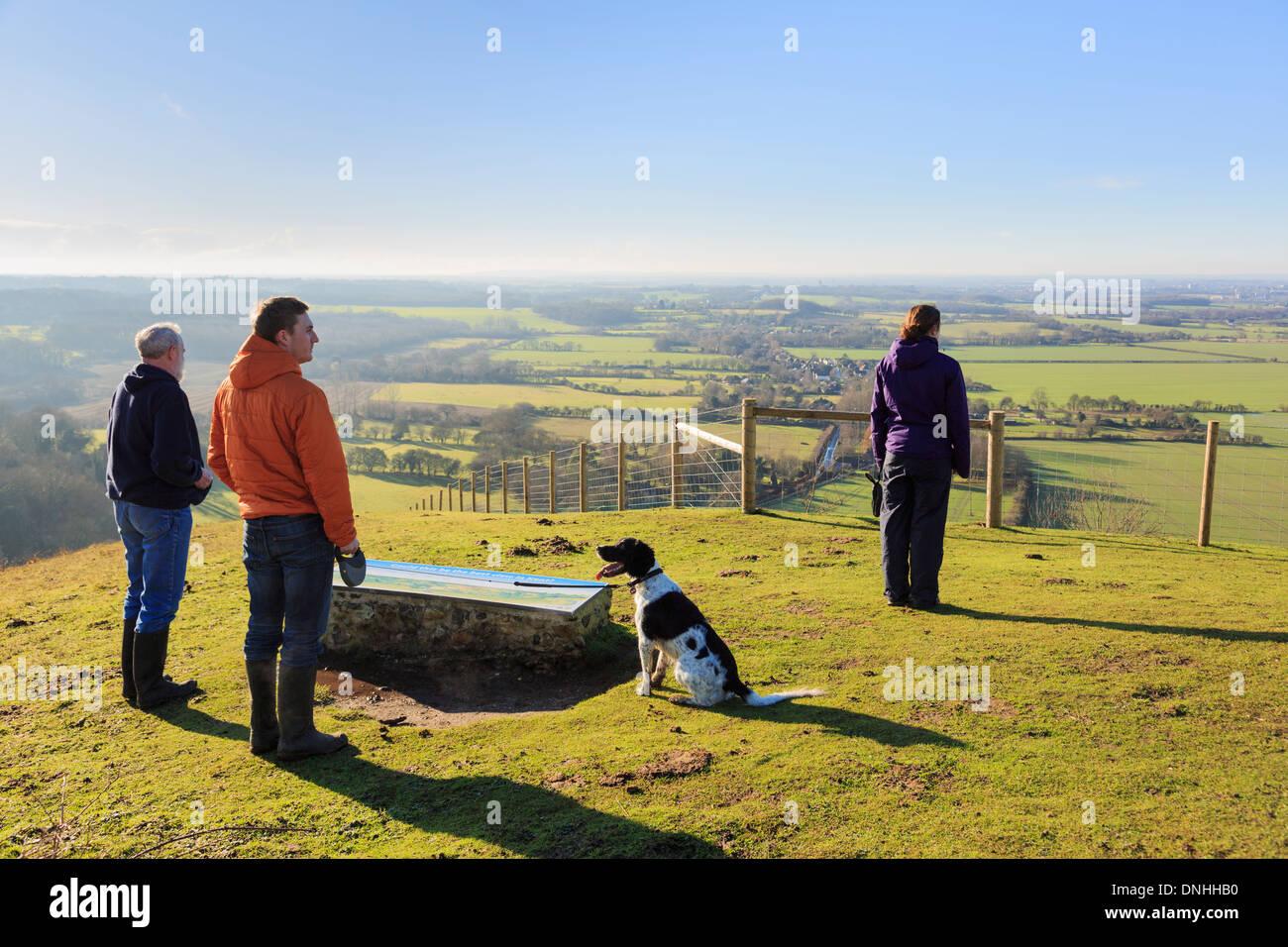 Menschen mit Hund suchen auf einen Blick West aus Sicht in Wye National Nature Reserve auf North Downs Way in den Hügeln in der Nähe von Ashford Kent England Großbritannien Großbritannien Stockbild
