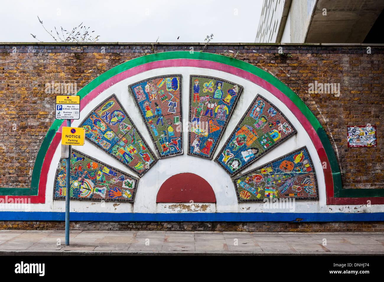 Buntes Mosaik in Brick Lane, die Palette der Religionen in der Gemeinschaft von Kindern der örtlichen Schulen, London Stockbild
