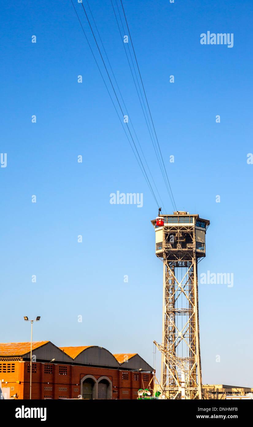 Niedrigen Winkel Ansicht der Seilbahn, Barcelona, Katalonien, Spanien Stockfoto