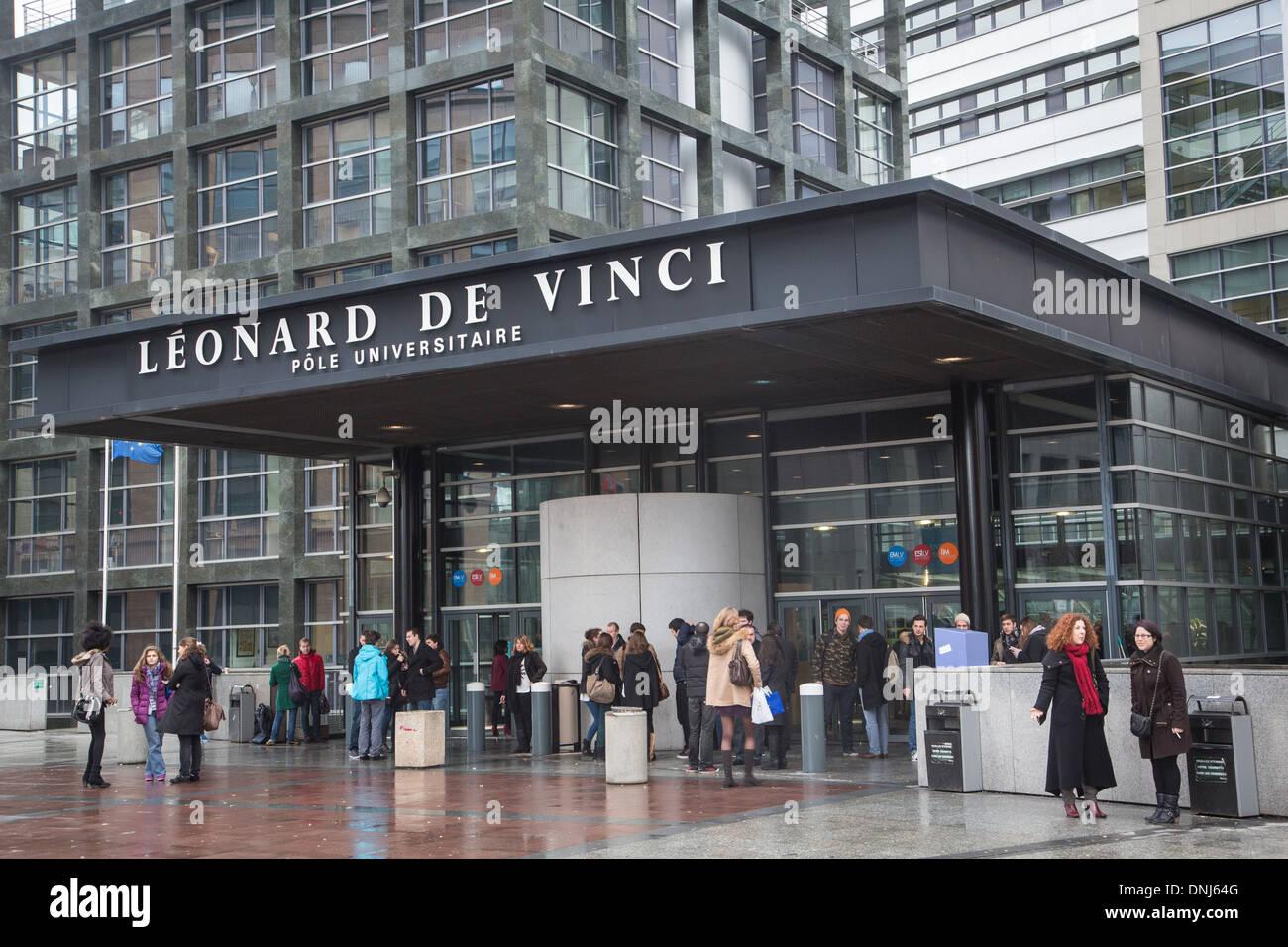 STUDENTEN VOR DEM EINGANG DER UNIVERSITÄT PARIS-DAUPHINE, LEONARD DE VINCI UNIVERSITÄTEN, PARIS LA DEFENSE, HAUTS-DE-SEINE (92), FRANKREICH Stockbild
